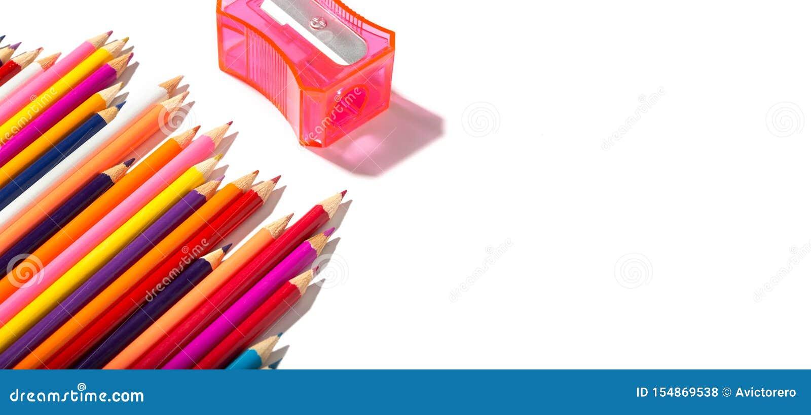Di nuovo all insegna di scuola delle matite multicolori e del temperamatite isolati su fondo bianco
