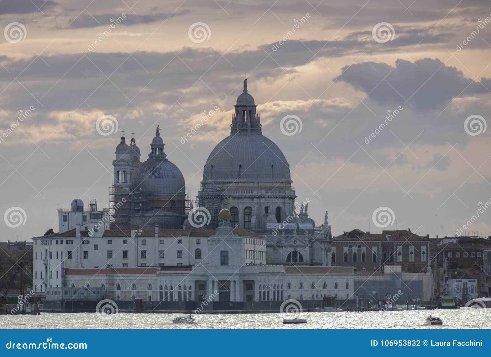 Di Santa Maria della Salute, Grand Canal e lagoa da basílica - Veneza