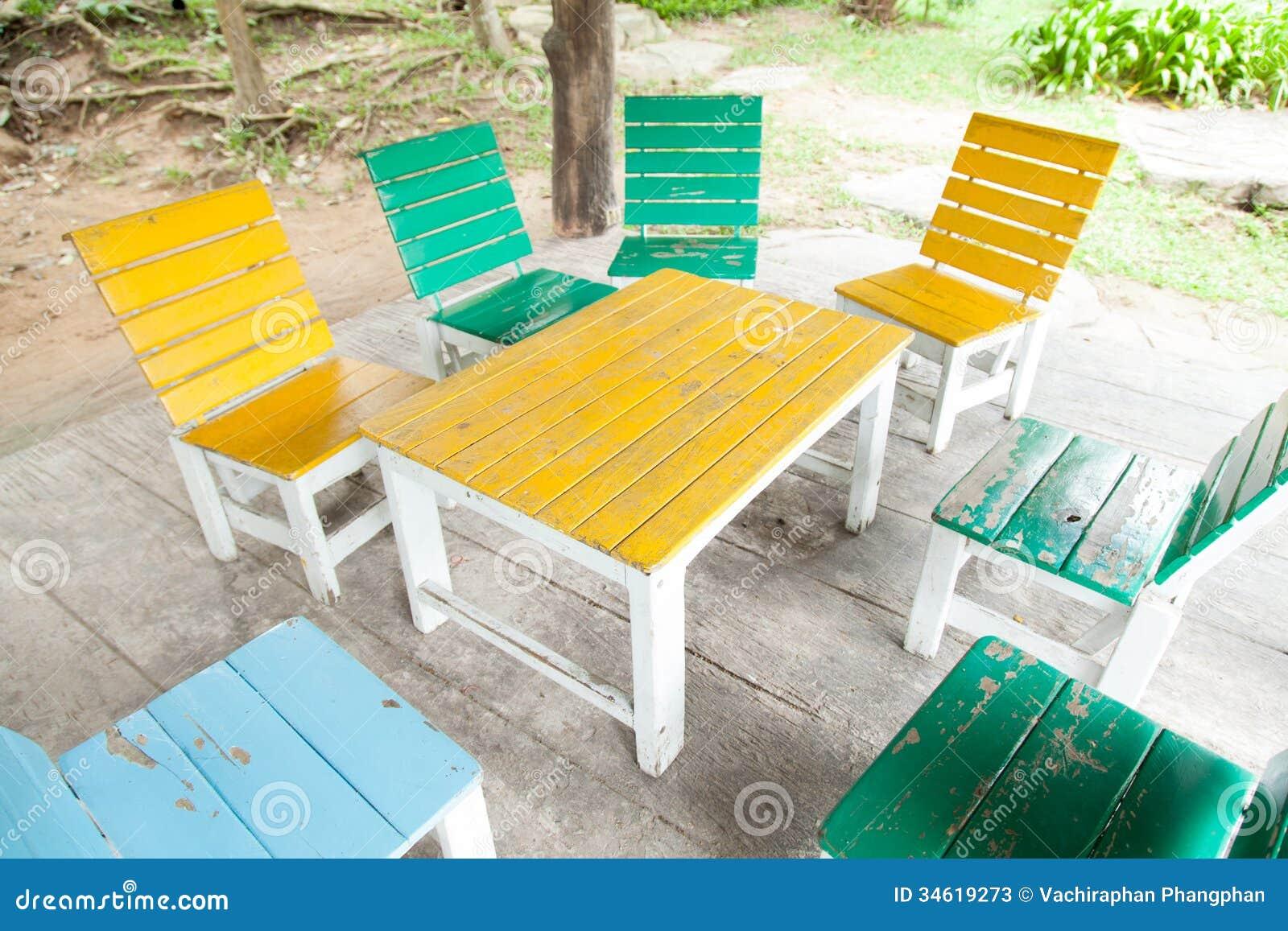 Sedie In Legno Colorate : Di tavola e di sedie di legno colorate multi immagine stock
