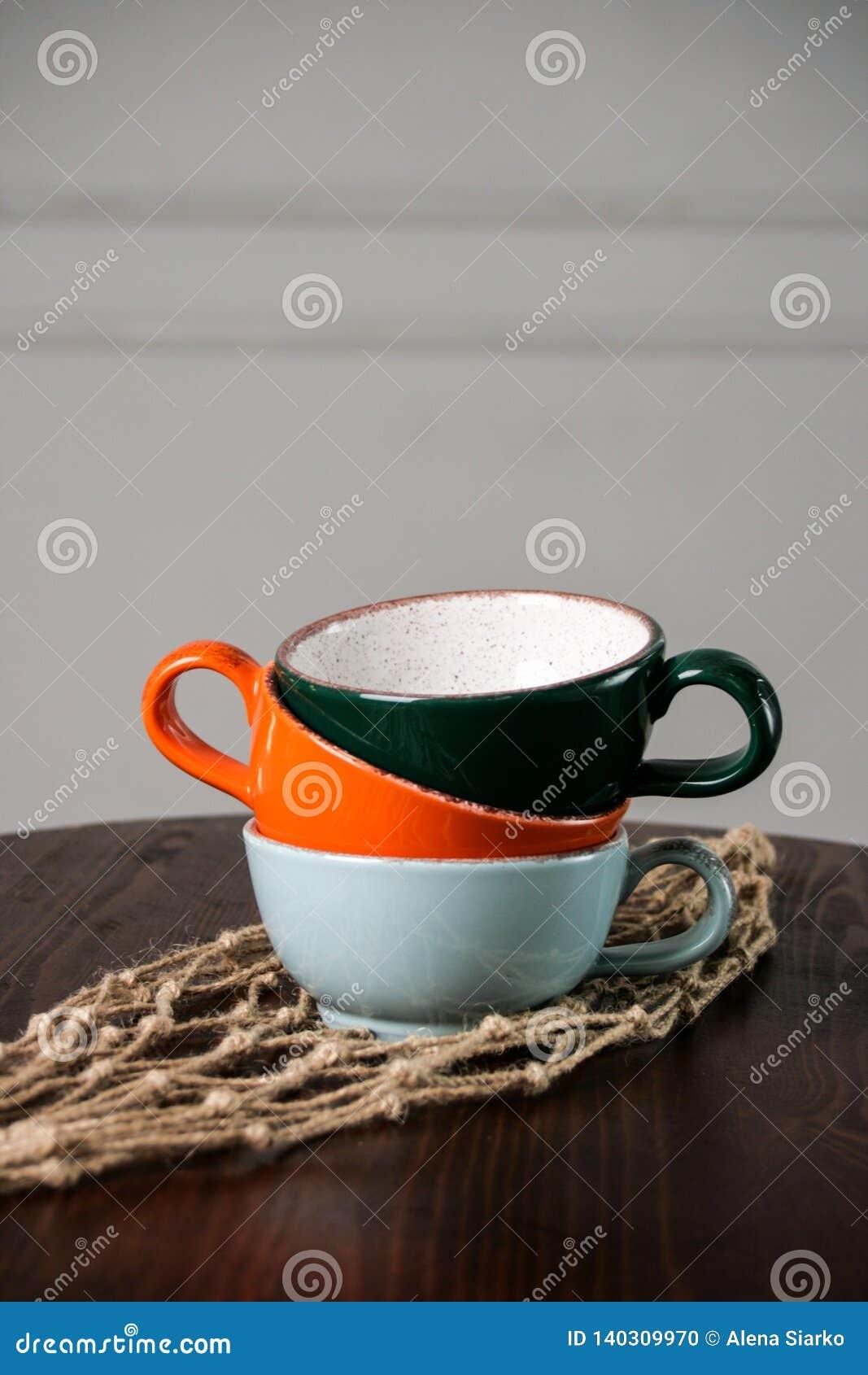 Di tazze vuote colorate Multi sulla tavola di legno