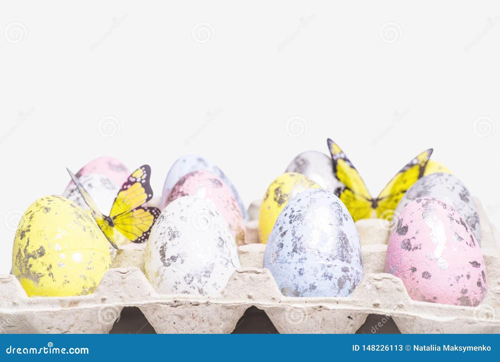 Di uova di Pasqua colorate Multi su un fondo bianco con un mazzo di lettere di legno Pasqua felice Pasqua felice