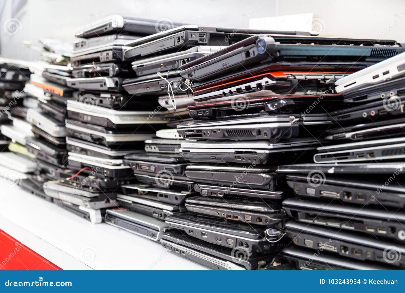Di vecchio, computer portatile tagliato ed obsoleto della pila per la riparazione