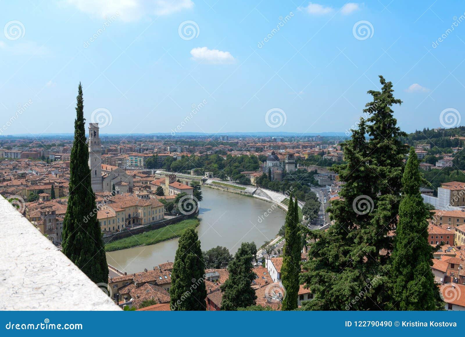 Di Verona del Duomo una visión desde ruinas y árboles altos