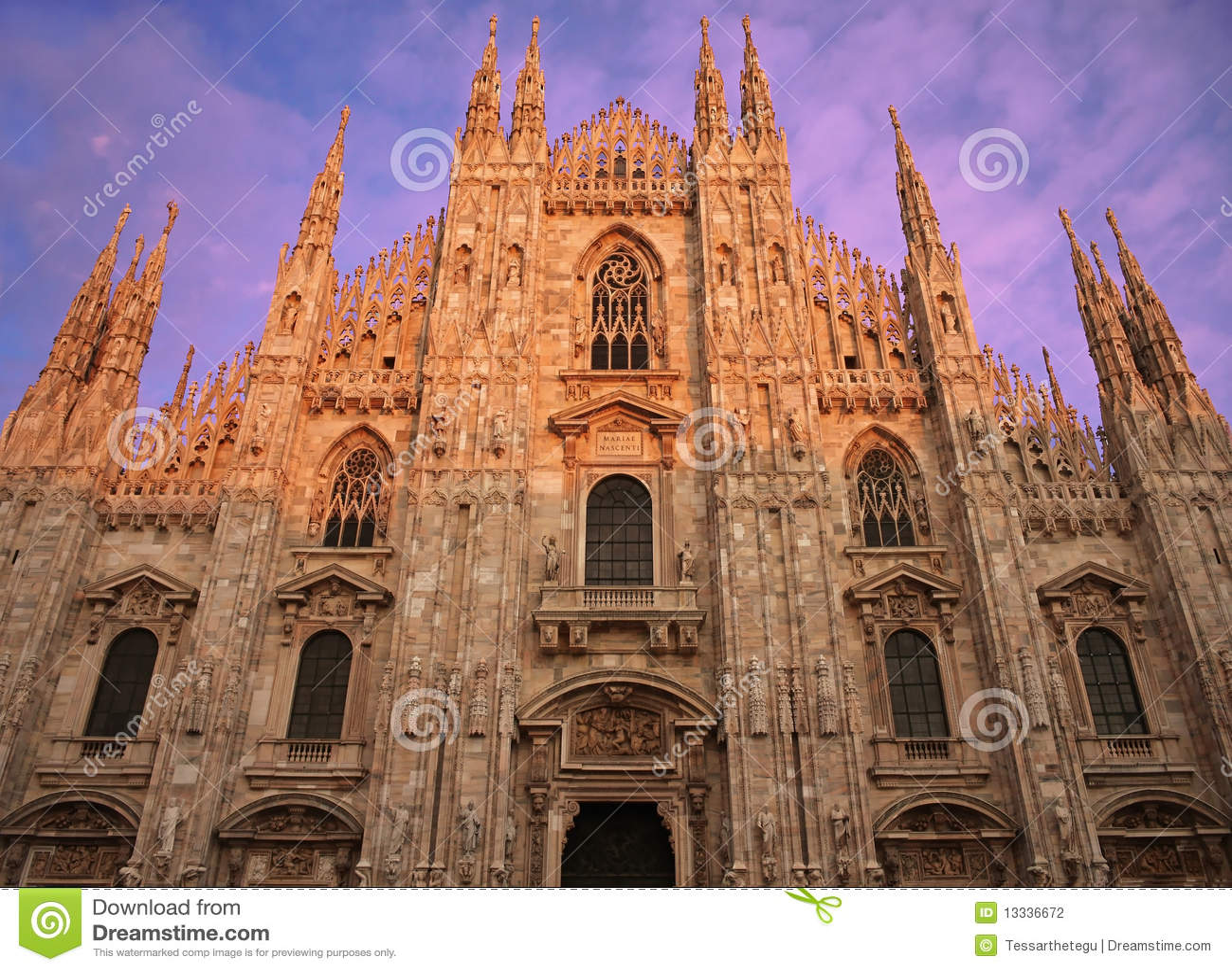 Di widok fasadowy czołowy Duomo Milano