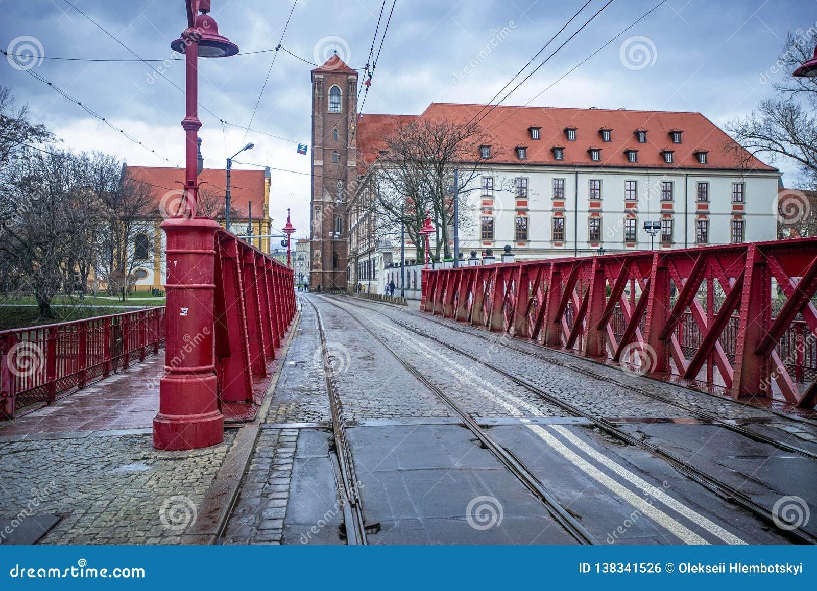 12/22/2018 di Wroclaw, Polonia, un vecchio ponte sopra un fiume nel centro urbano con una traccia del tram