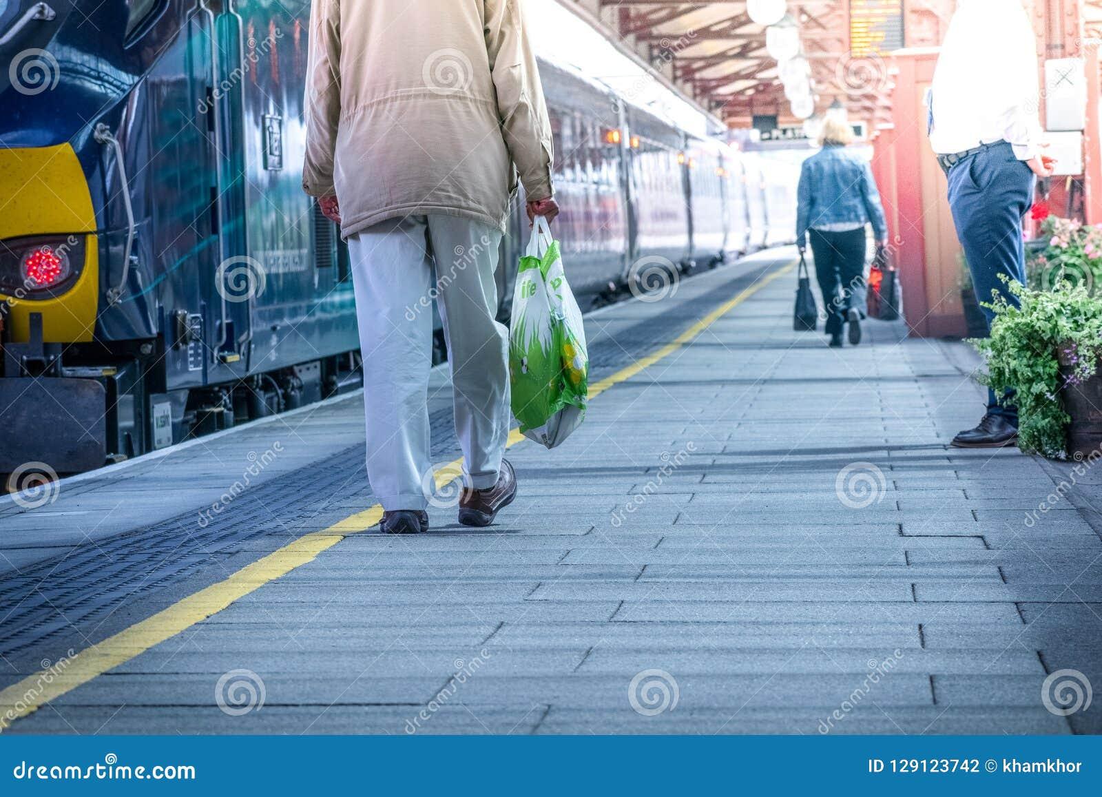 Dia bonito, pessoa que vai à estação de metro viajar