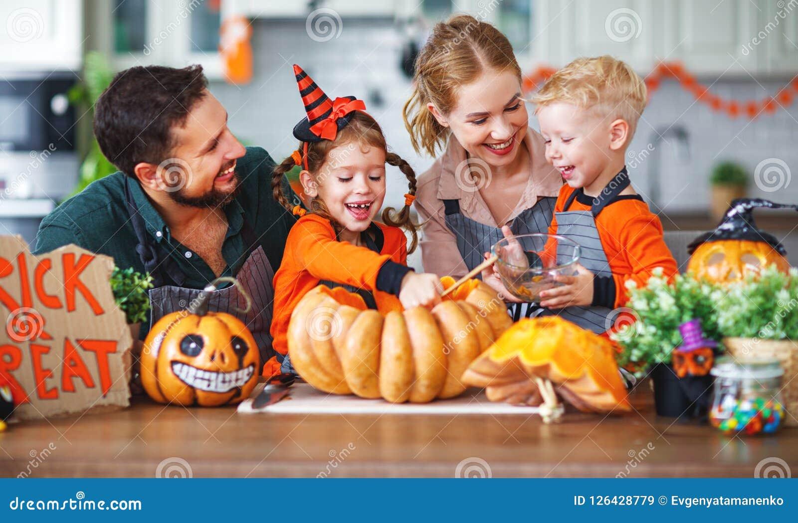 Dia das Bruxas feliz! pai da mãe da família e abóbora f do corte das crianças