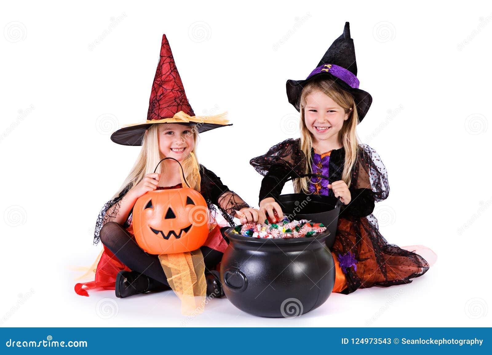 Dia das Bruxas: Meninas prontas para agarrar doces de Dia das Bruxas