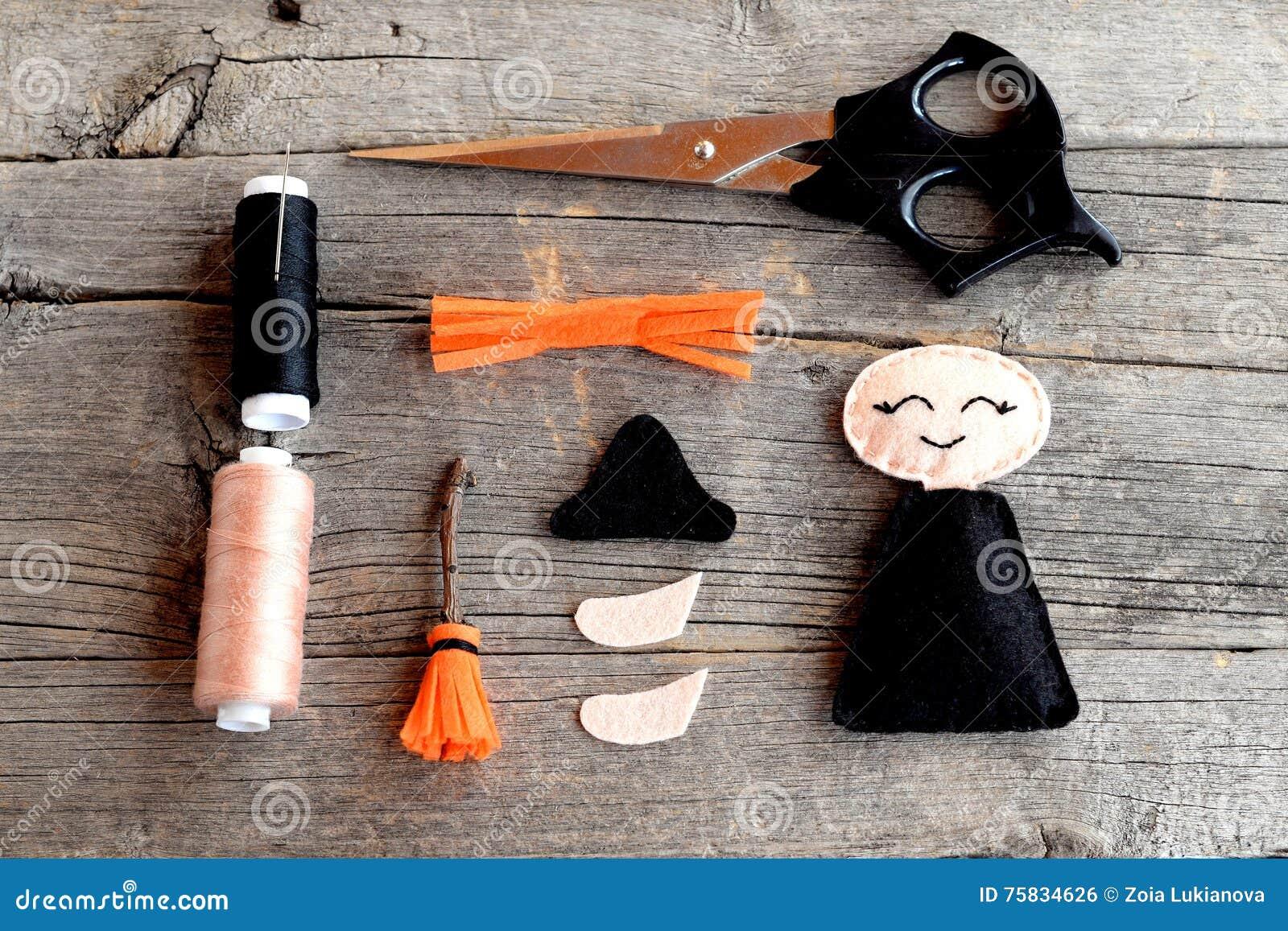Dia das Bruxas sentiu detalhes da bruxa, tesouras, linha, agulhas no fundo de madeira Ofícios Handmade etapa Vista superior