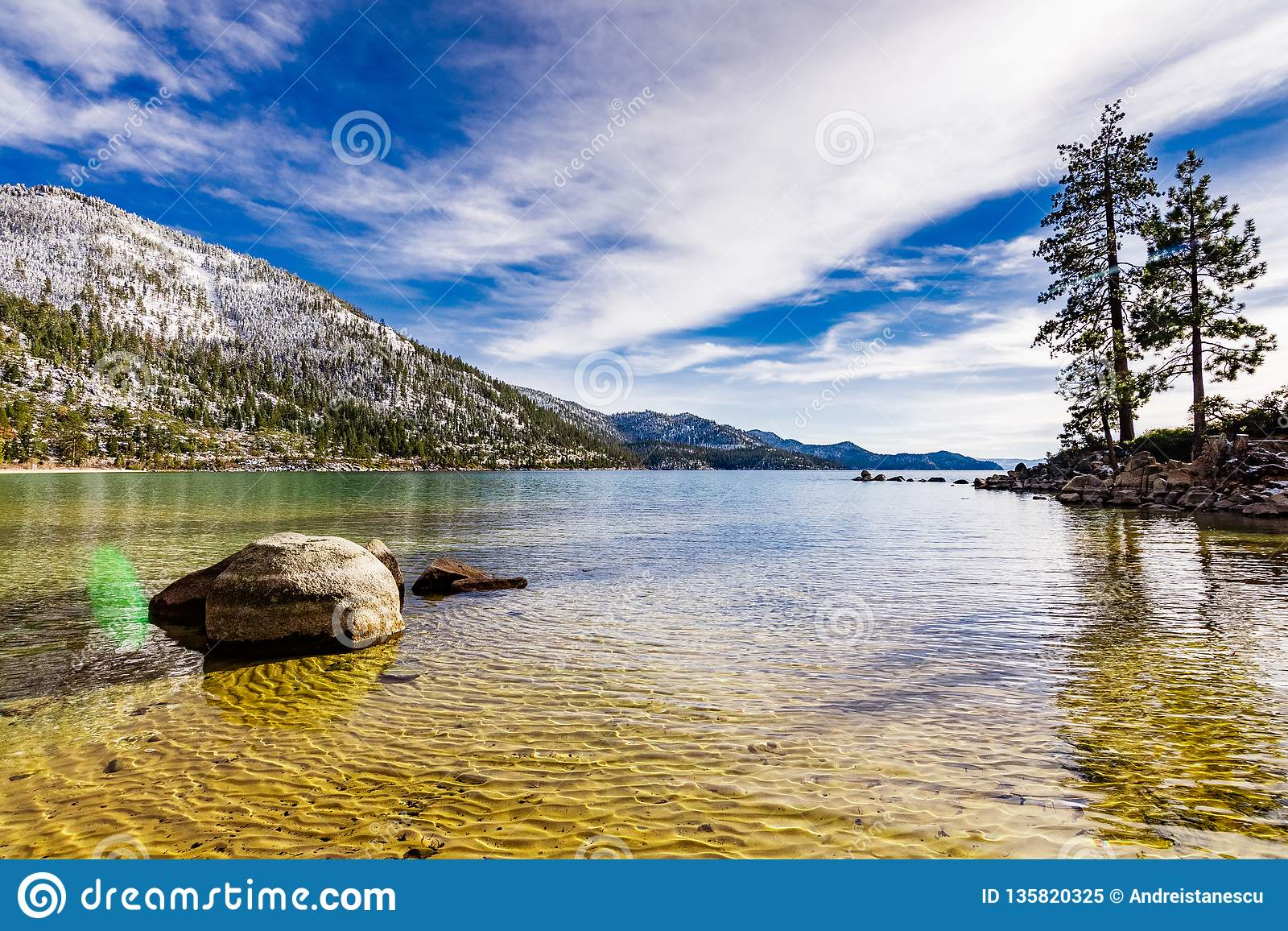 Dia de inverno ensolarado na linha costeira de Lake Tahoe, parque estadual do porto da areia, serra montanhas, Nevada
