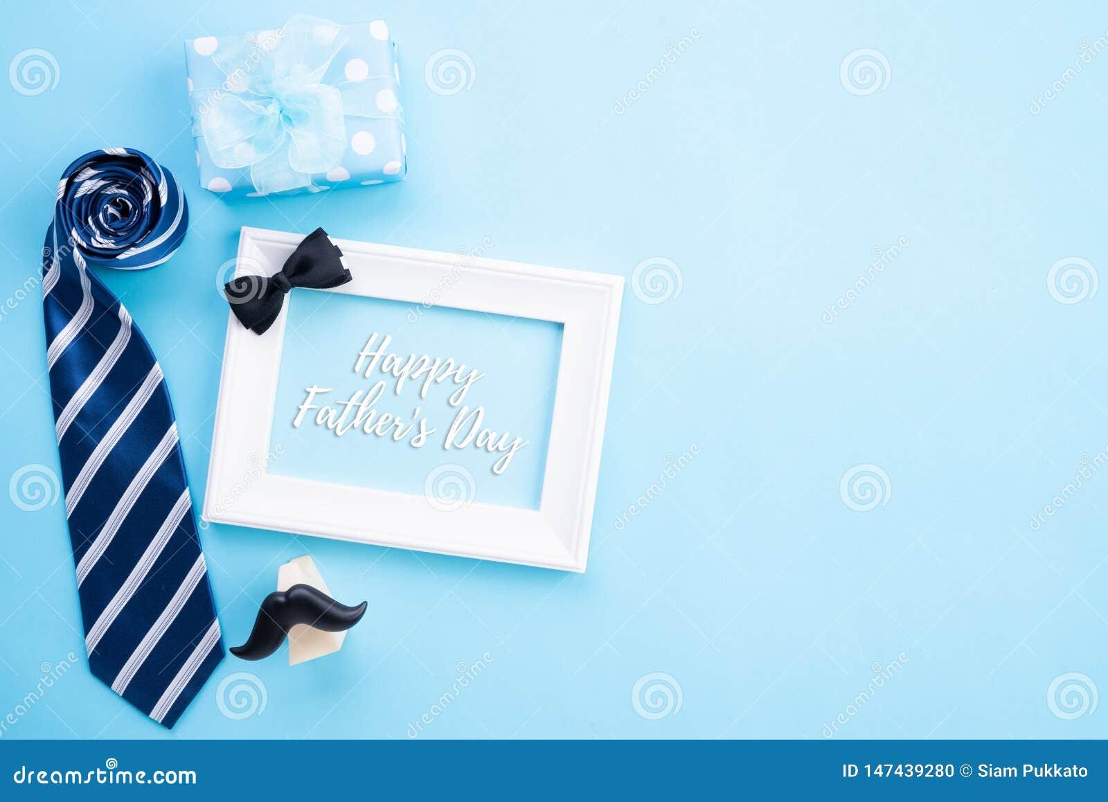 Dia de pai feliz Vista superior do la?o azul, caixa de presente bonita, caneca de caf?, moldura para retrato branca com texto fel