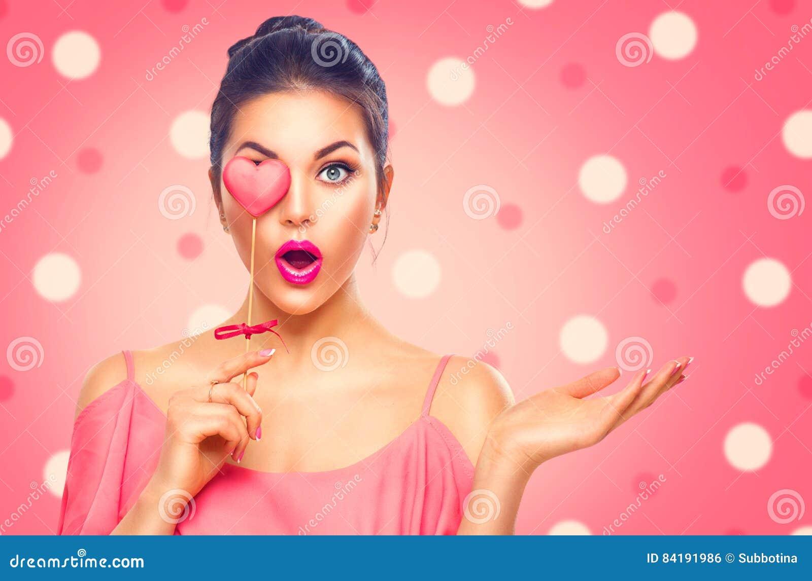 dia-do-s-do-valentim-menina-modelo-da-beleza-com-coração-do-valentim-deu-forma-à-cookie-84191986.jpg
