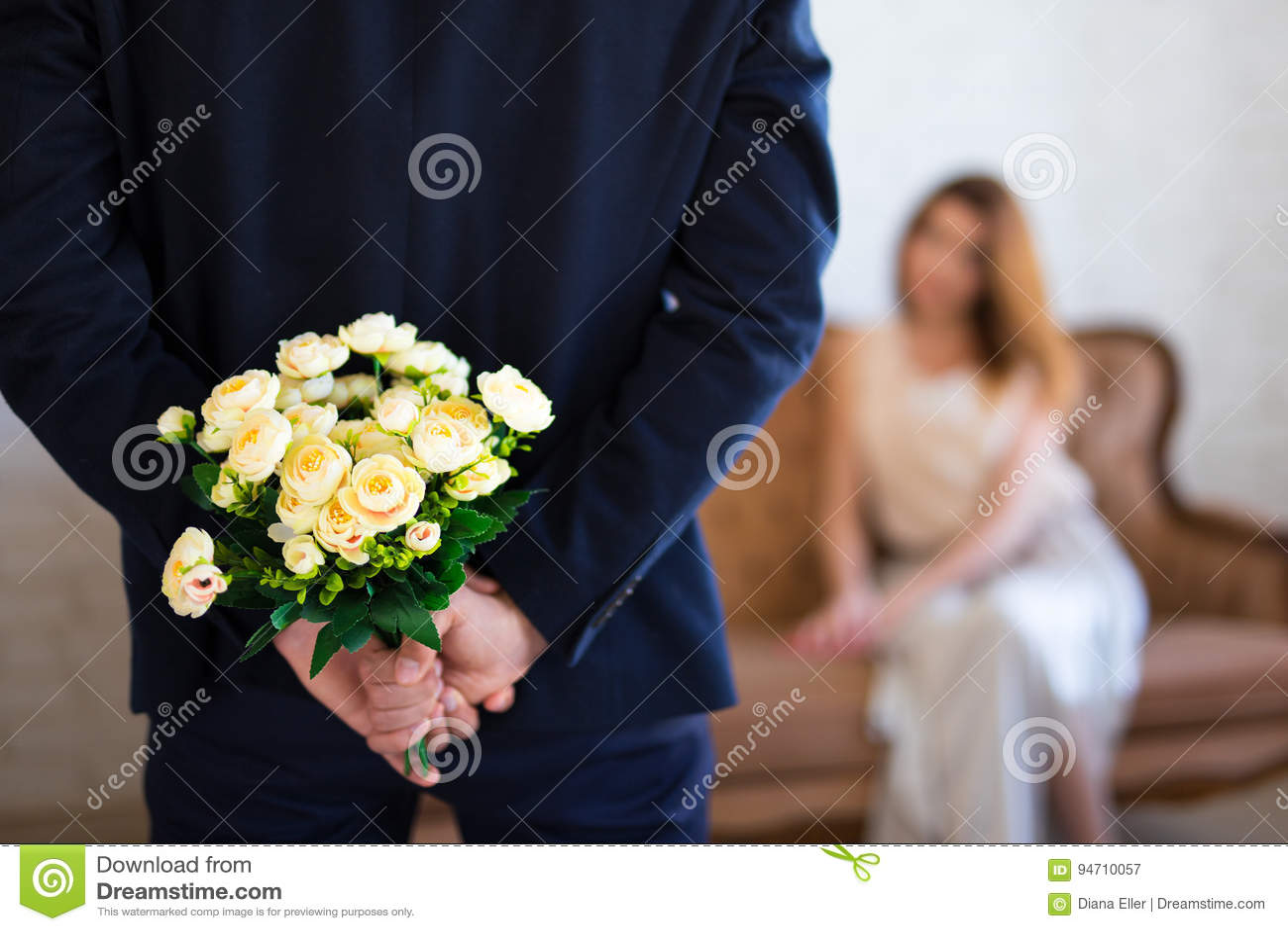 Dia do ` s do Valentim ou conceito do aniversário - equipe o behi escondendo das flores