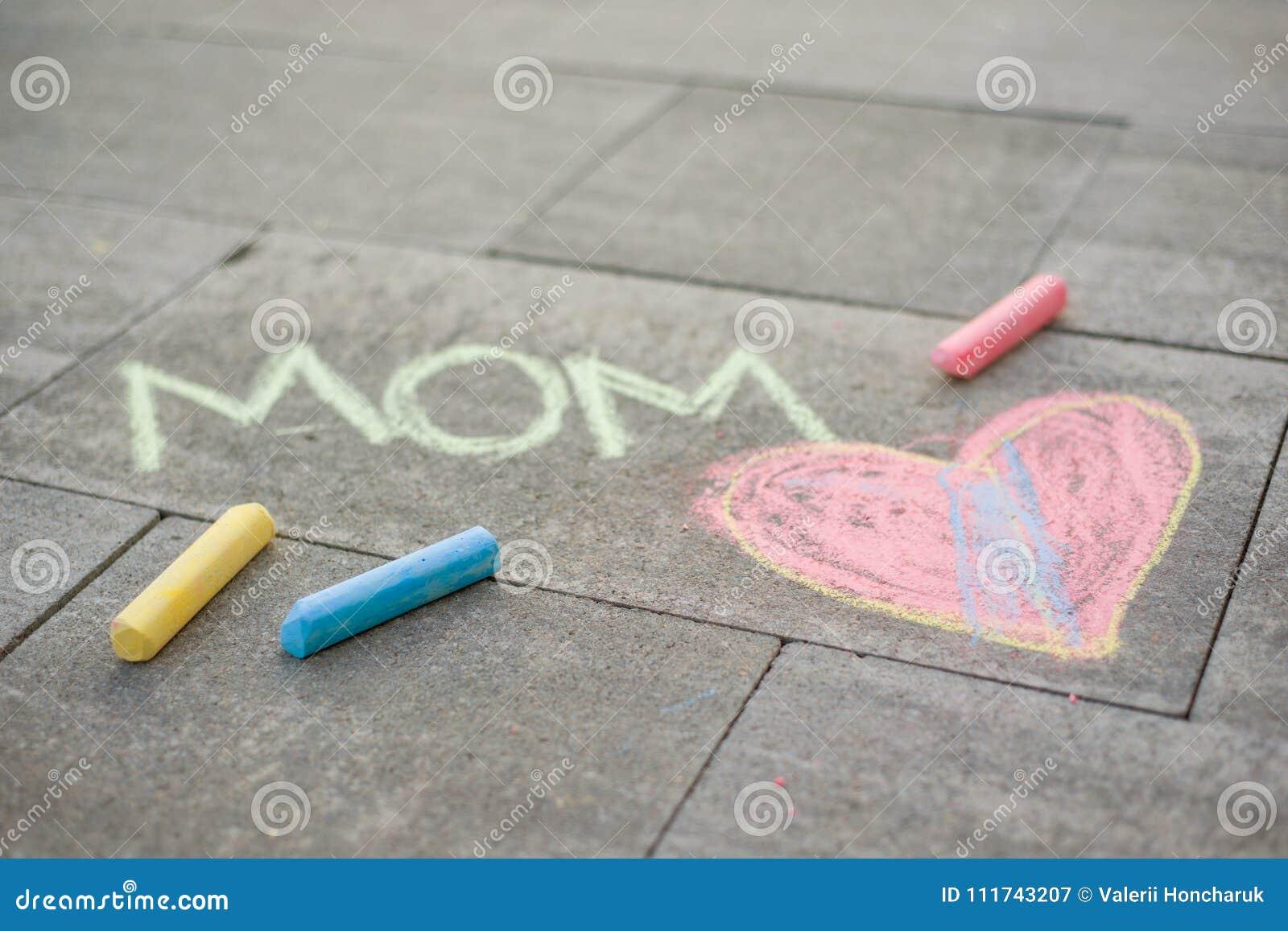 Dia feliz do `s da matriz A criança tira para sua mãe uma surpresa da imagem dos pastéis no asfalto Mamã do amor