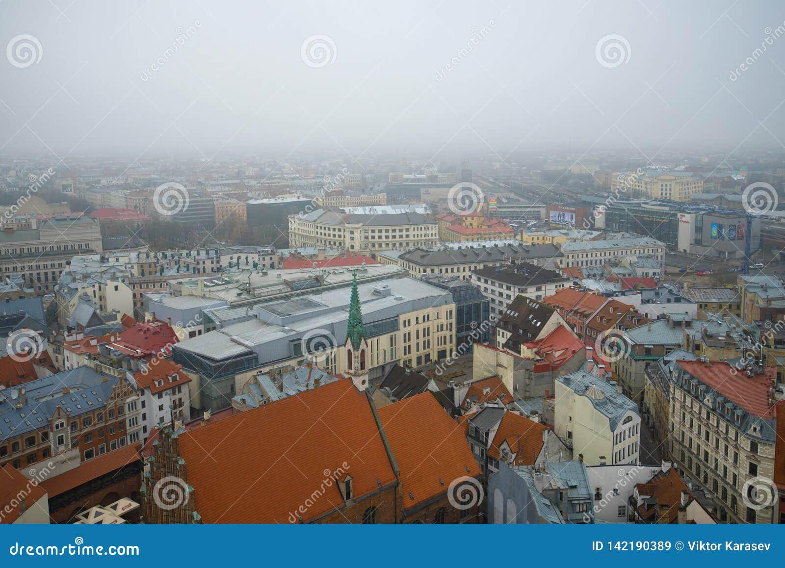 Dia nevoento de novembro sobre os telhados de Riga