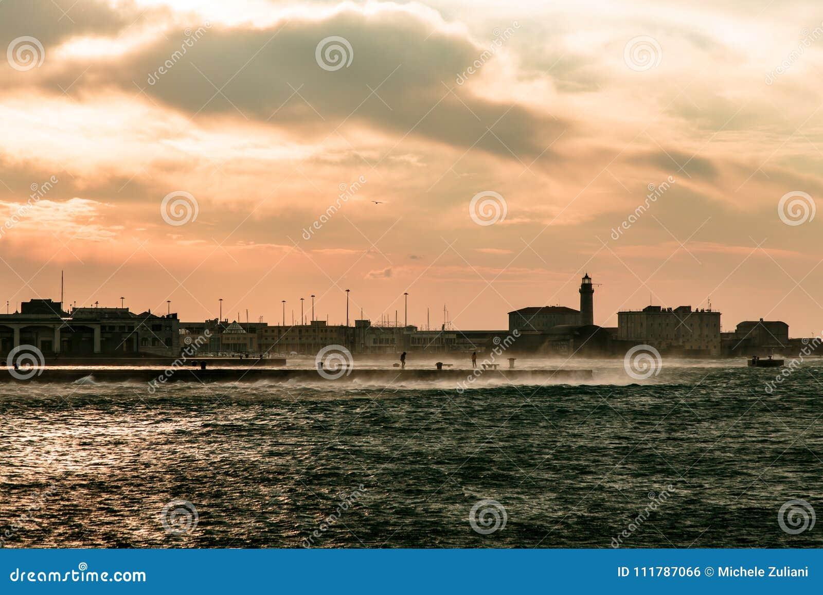 Dia ventoso na cidade de Trieste