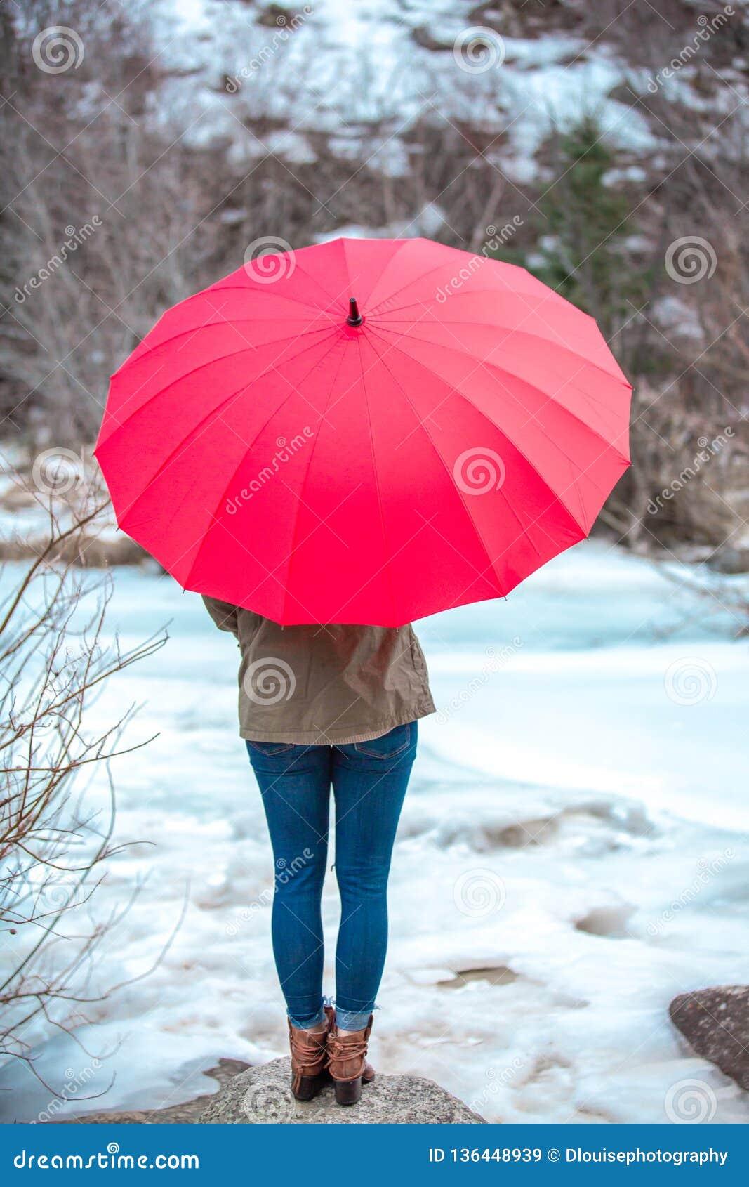 Dia vermelho do guarda-chuva no ar livre