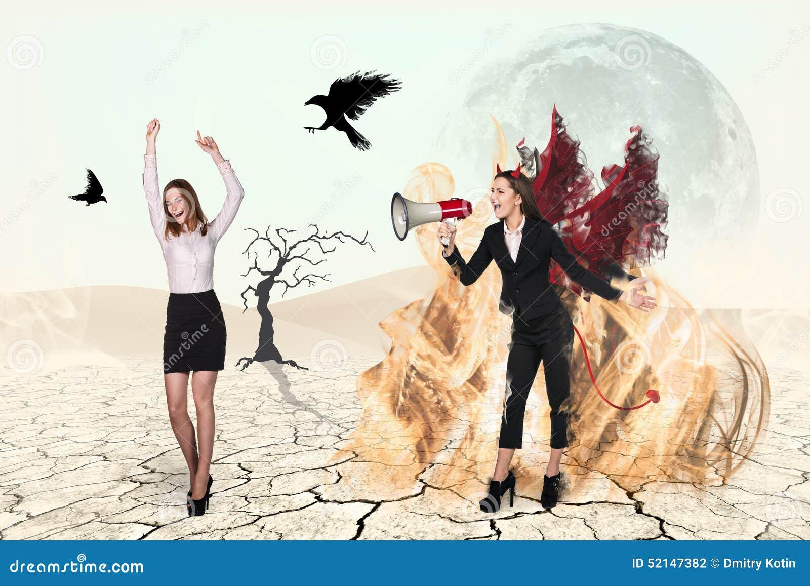 Diabo que grita ao altifalante na mulher de negócios