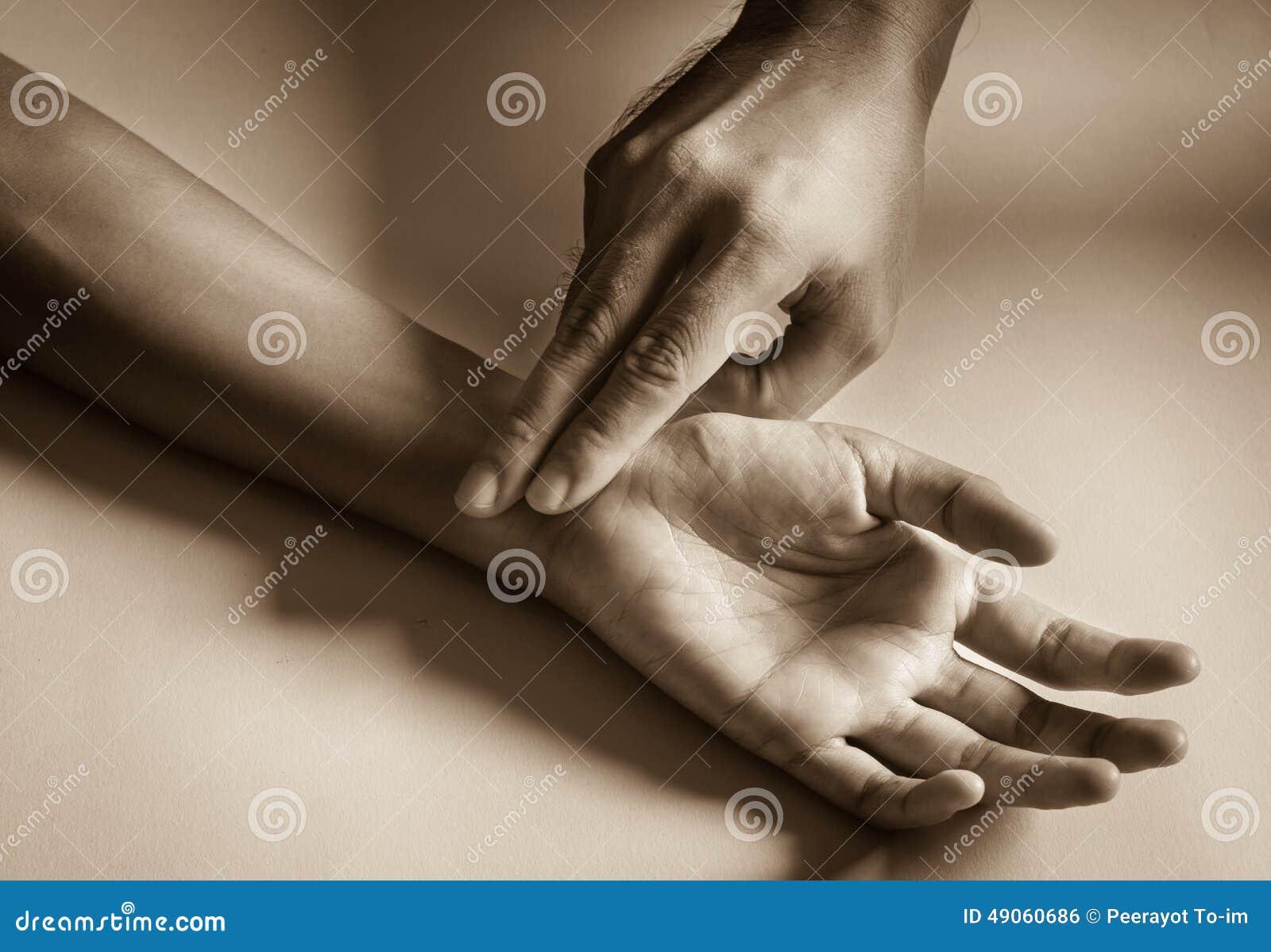 Diagnóstico do pulso com mão