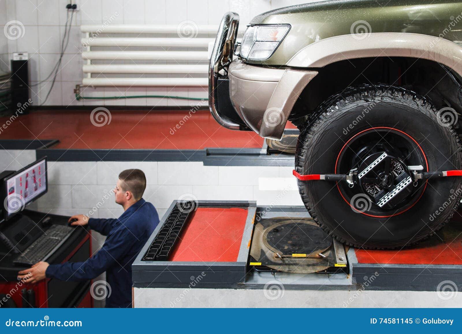 Diagnósticos do computador do alinhamento de roda para SUV