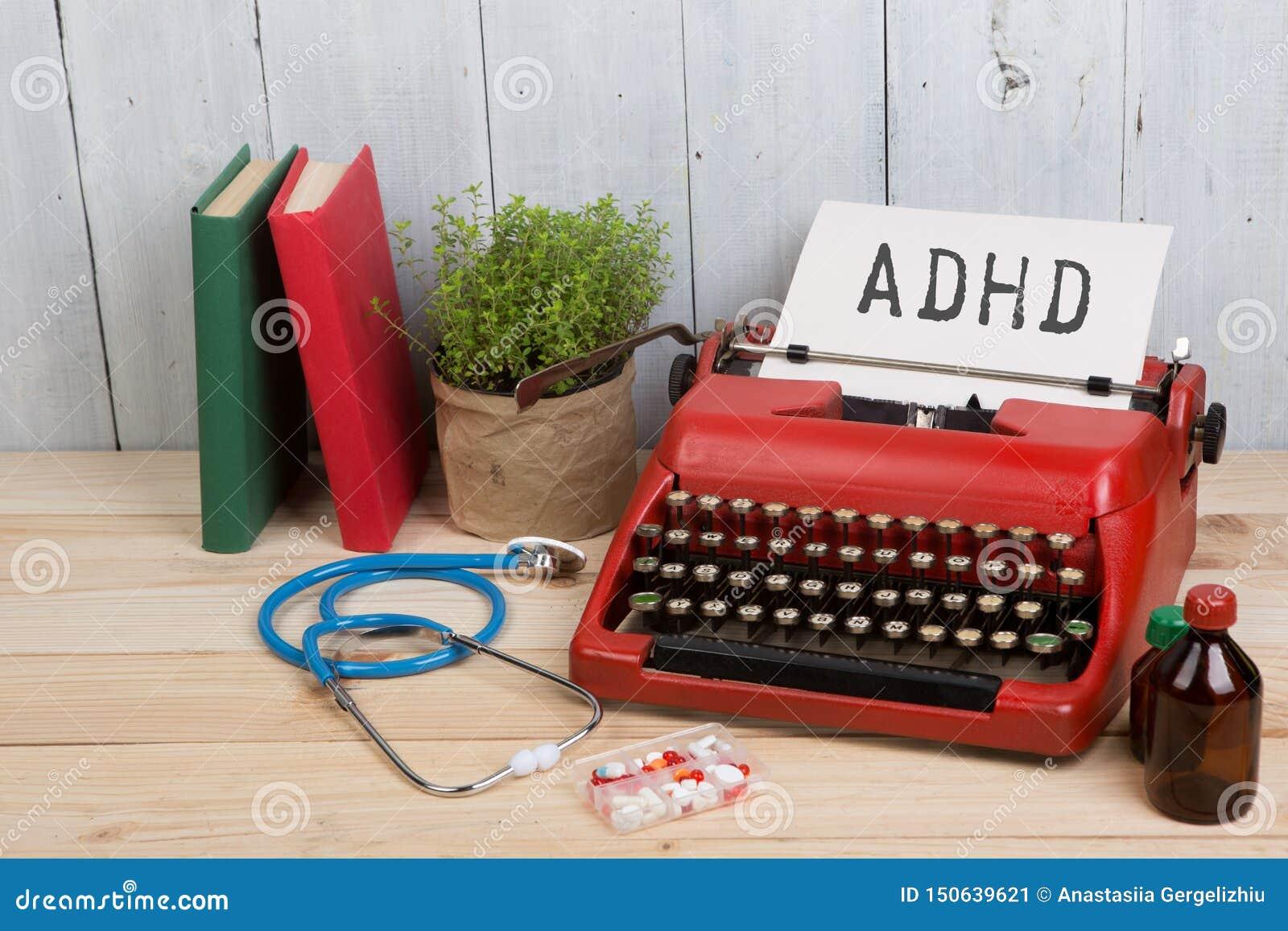 Diagnostic médical - lieu de travail de docteur avec le stéthoscope, pilules, machine à écrire avec le désordre d hyperactivité d