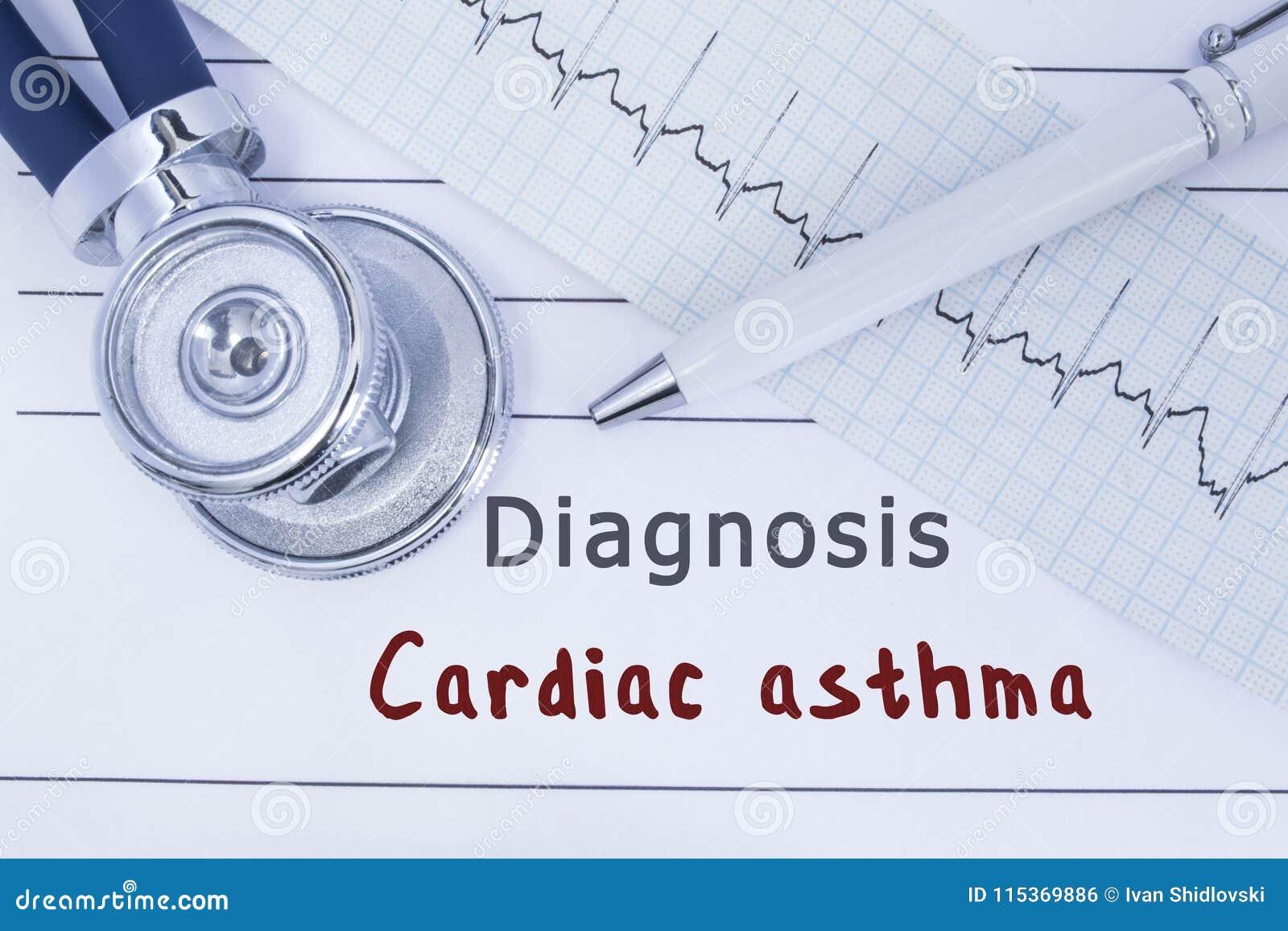 Diagnozy Sercowa astma Stetoskop lub fonendoskop wraz z typem ECG kłamstwo na medycznej historii z tytułową diagnozą Cardi