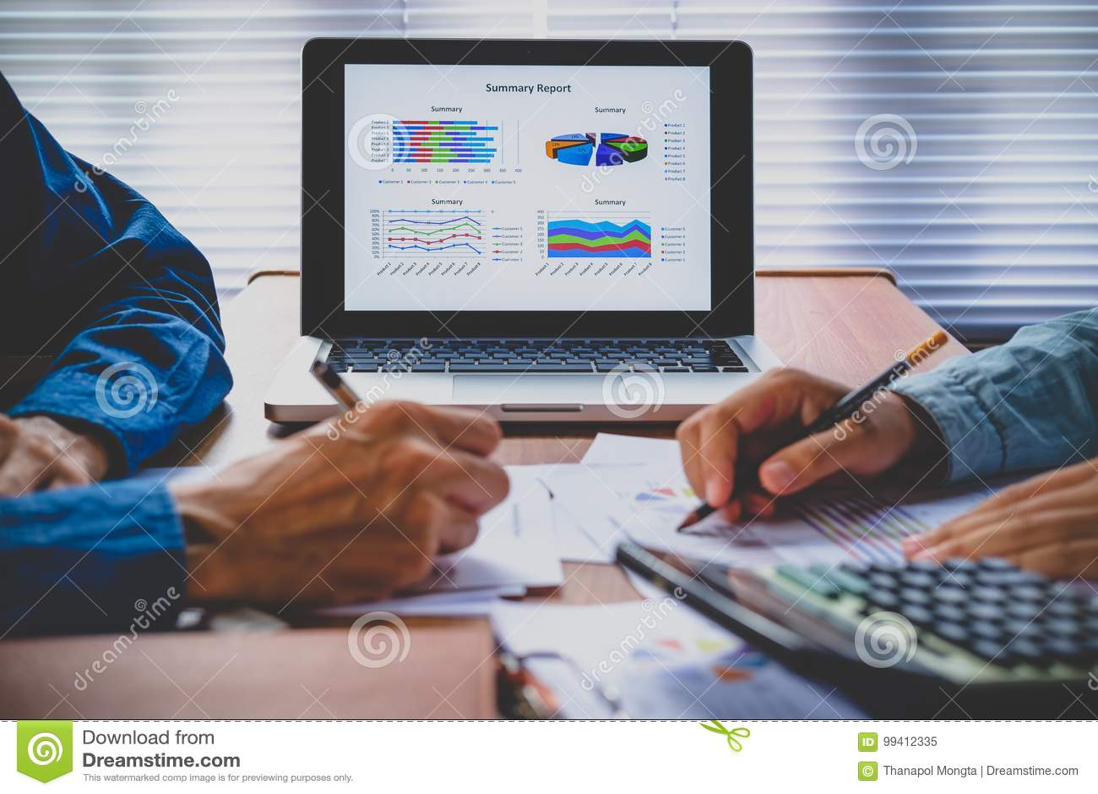 Diagram av diagrammet för analys för finansiella data för affär på bärbara datorn
