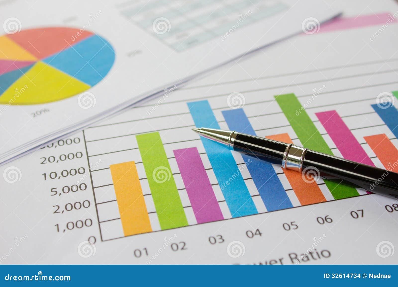 Diagramme, Stift, Geschäft auf Tabelle.