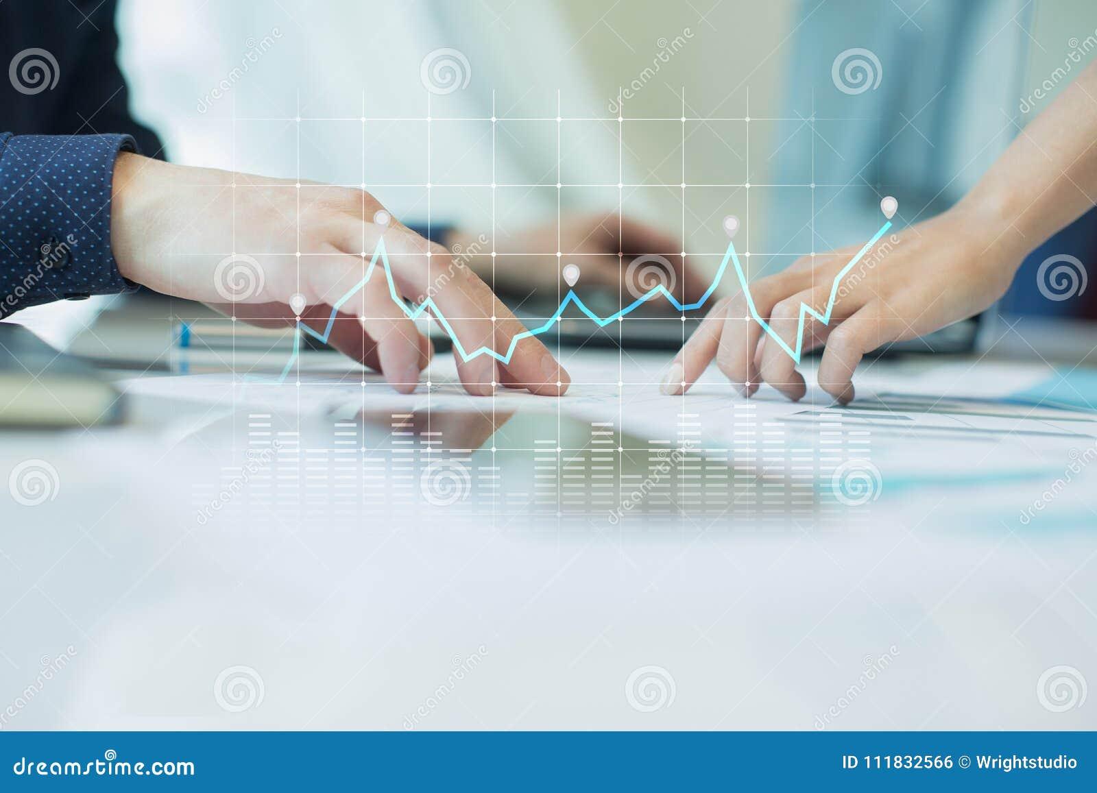 Diagrammi e grafici sullo schermo virtuale Strategia aziendale, tecnologia di analisi dei dati e concetto finanziario di crescita