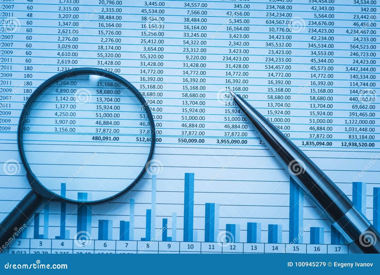 Dialettica di stima di finanza di conti bancari del foglio elettronico con la lente d ingrandimento e la penna Concetto per ricer