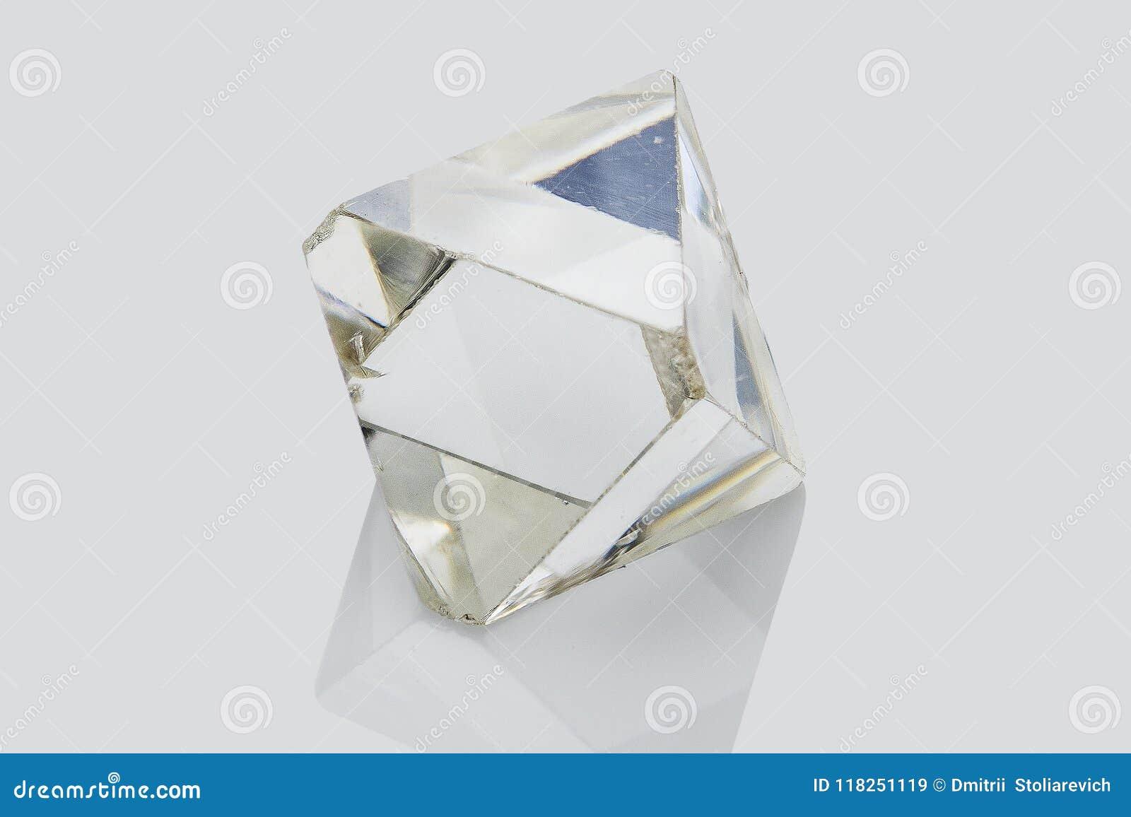 Diamant brut transparent d isolement sur le fond blanc