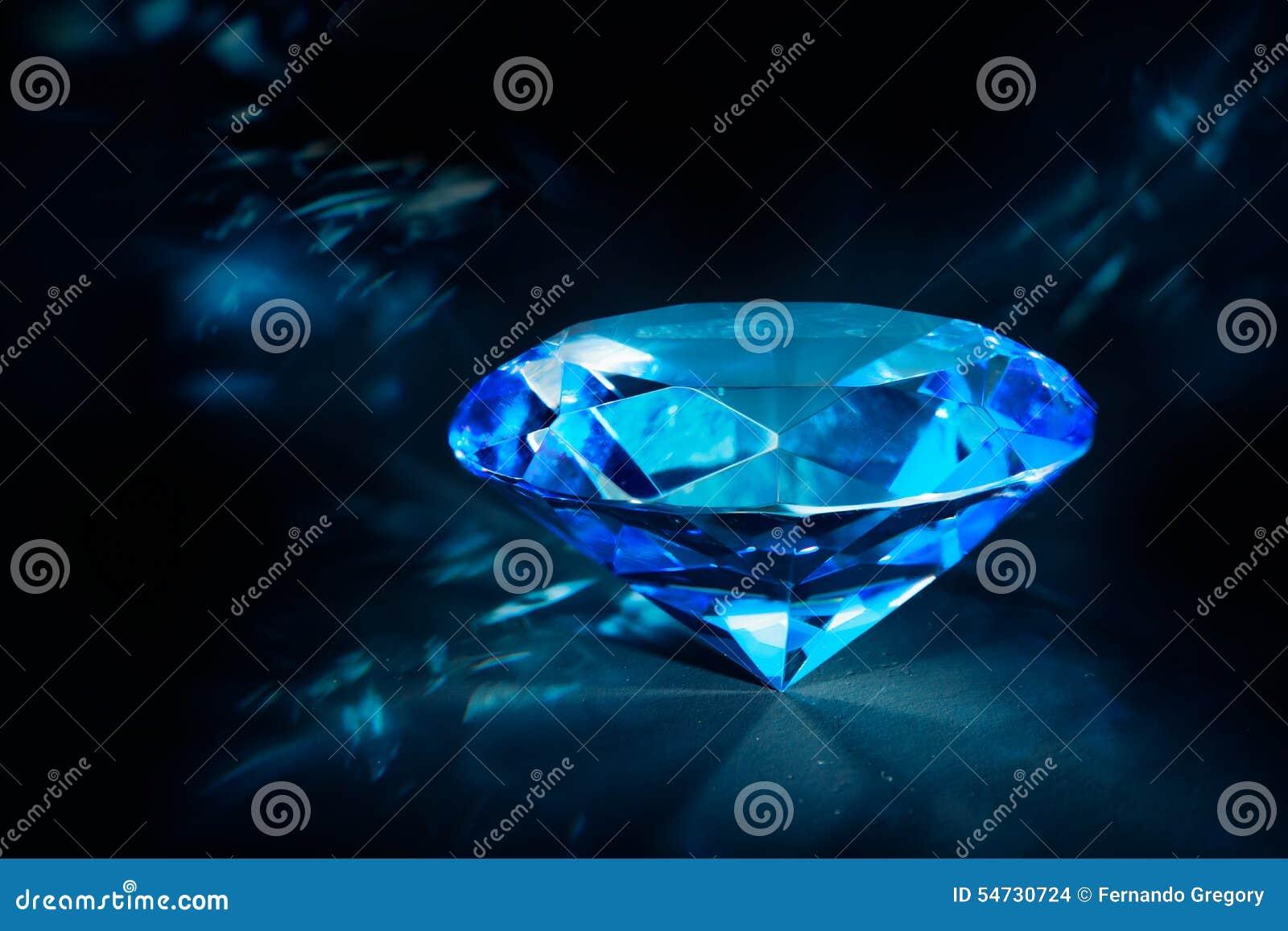Diamante Azul Brillante En Un Fondo Negro Foto De Archivo