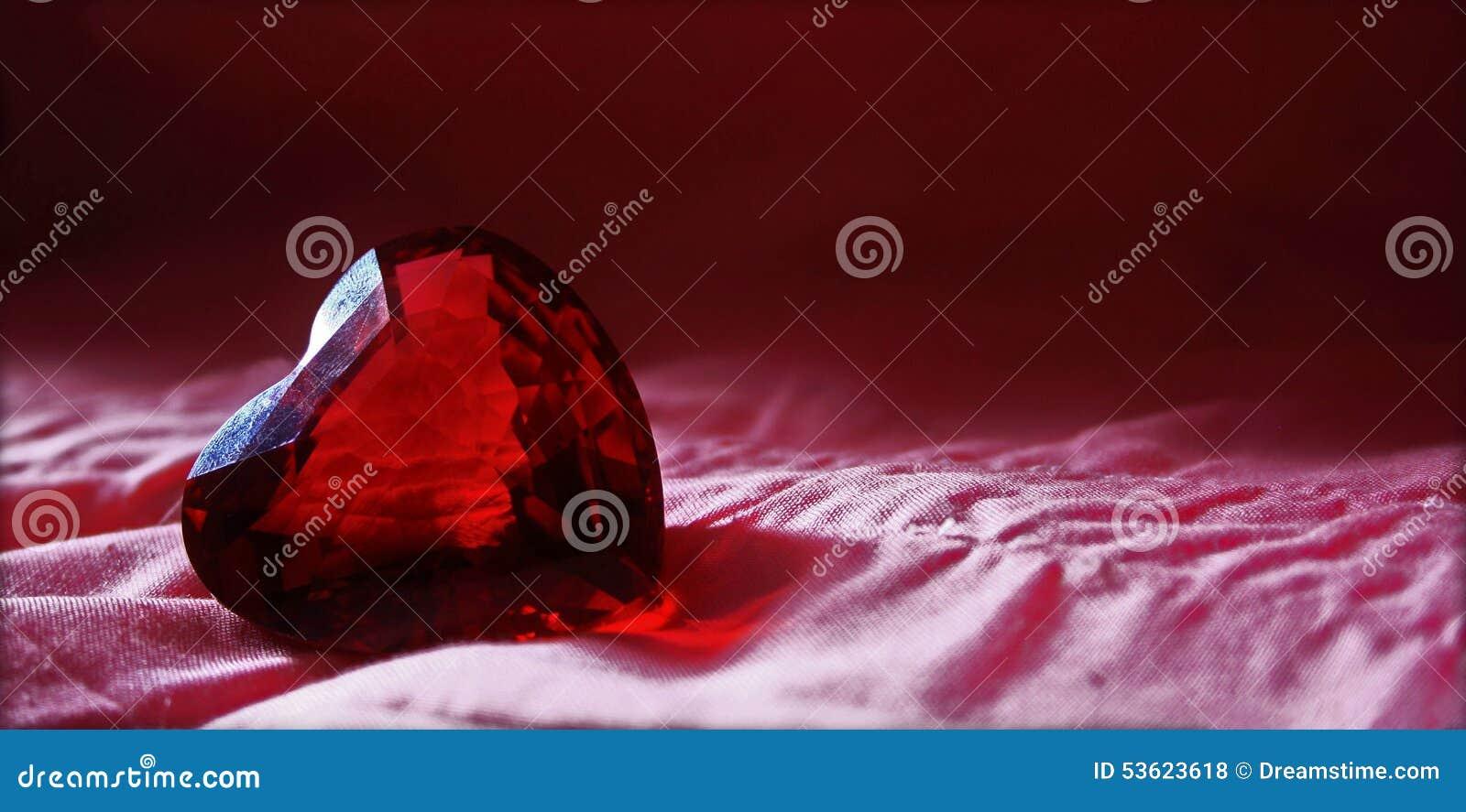 Diamante vermelho do coração dos glas com fundo cor-de-rosa