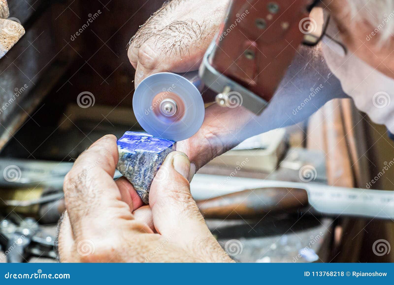 bbf78adf3b40 Diamantes Del Grabado Del Joyero En Un Anillo Foto de archivo ...