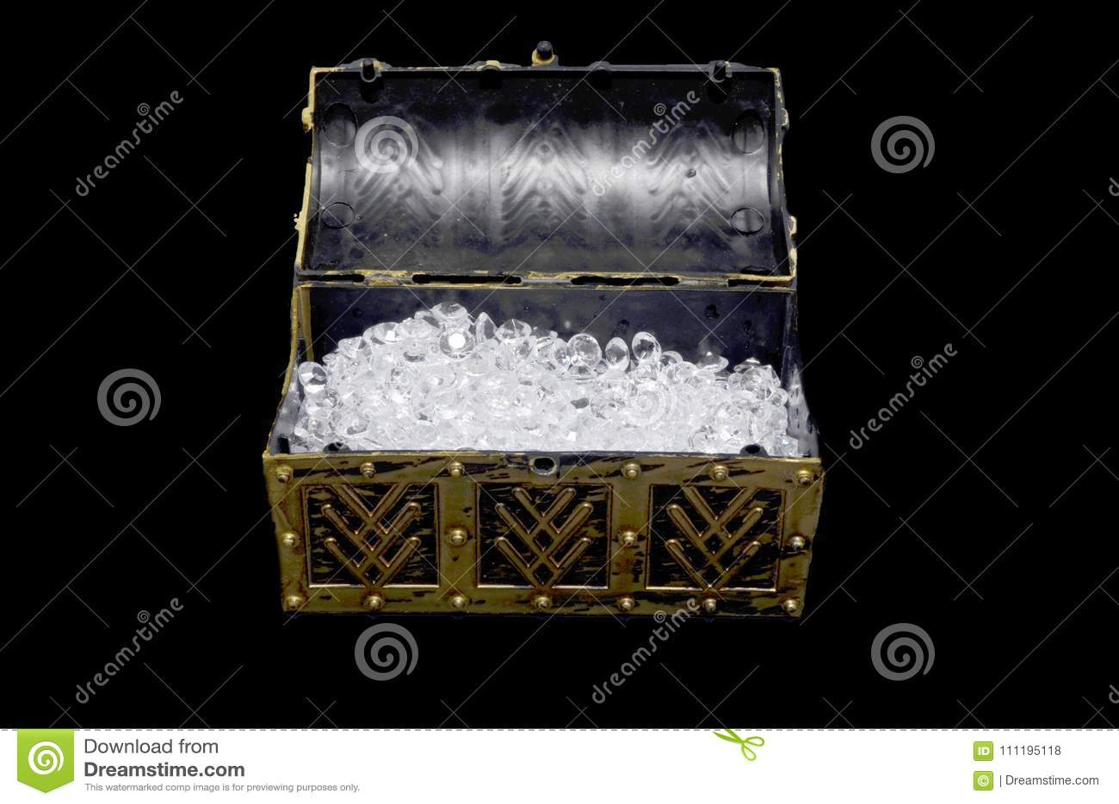 Diamantes en un cofre del tesoro abierto
