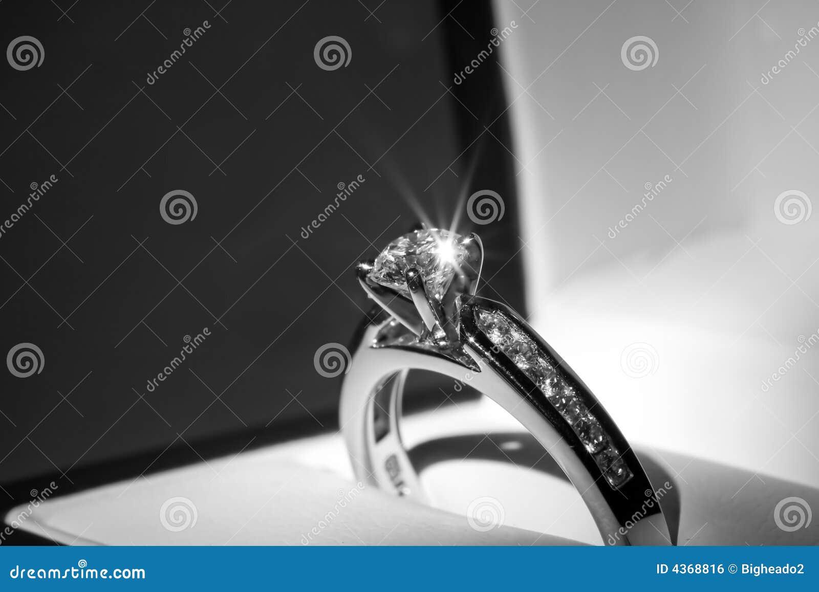 Diamentowy pierścionek zaręczynowy