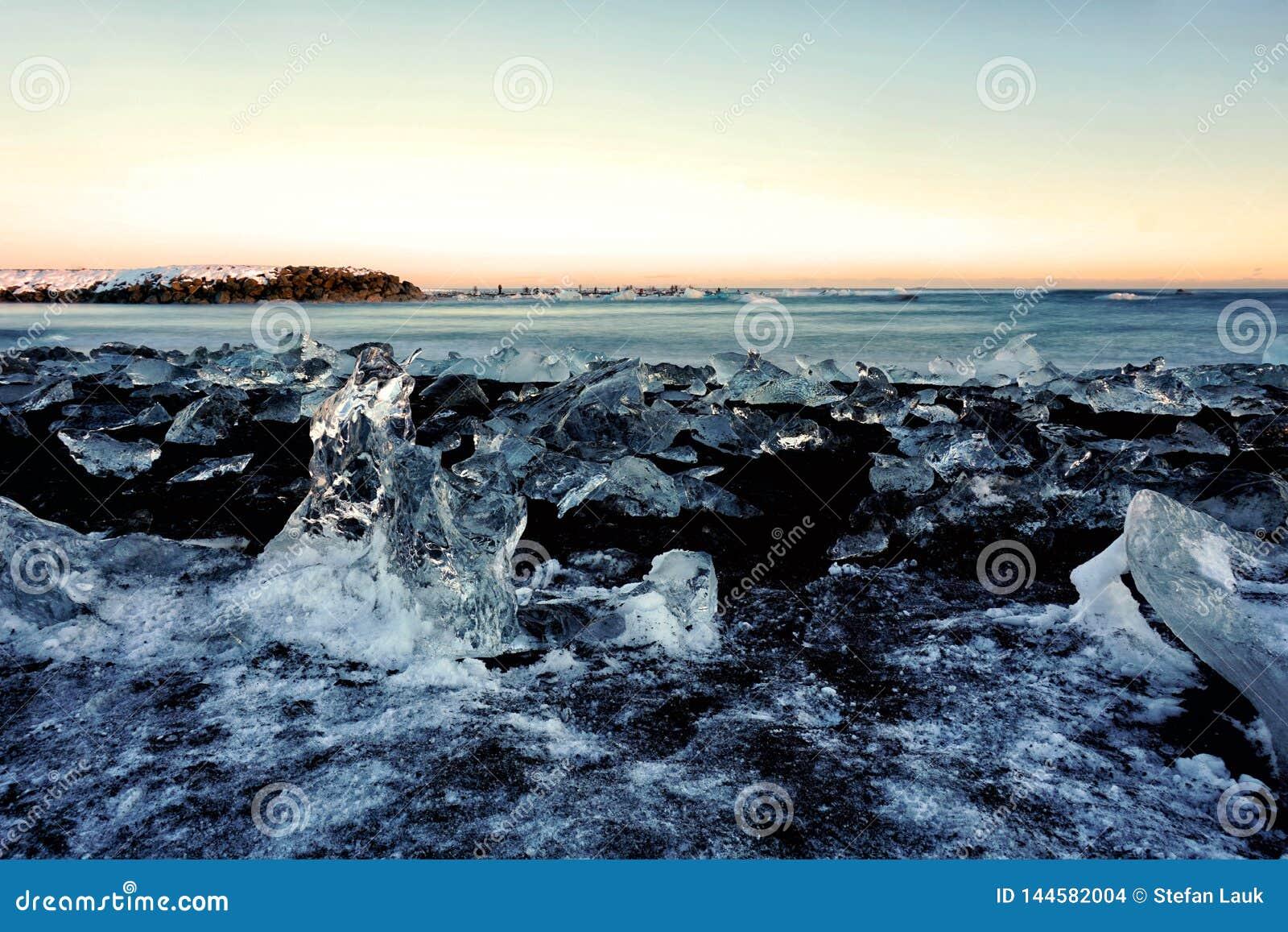 Diamond Beach i den Island vintern