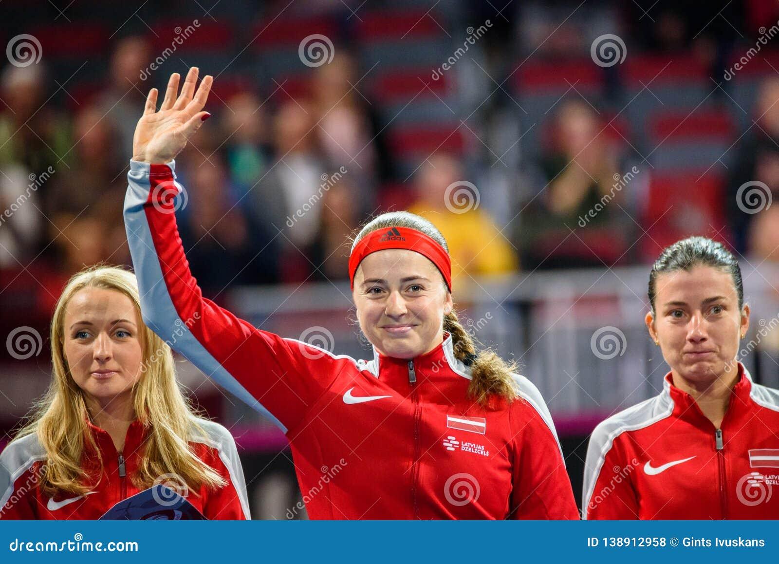 Diana Marcinkevica, Alona Ostapenko e Anastasija Sevastova durante gioco rotondo del gruppo II del mondo il primo