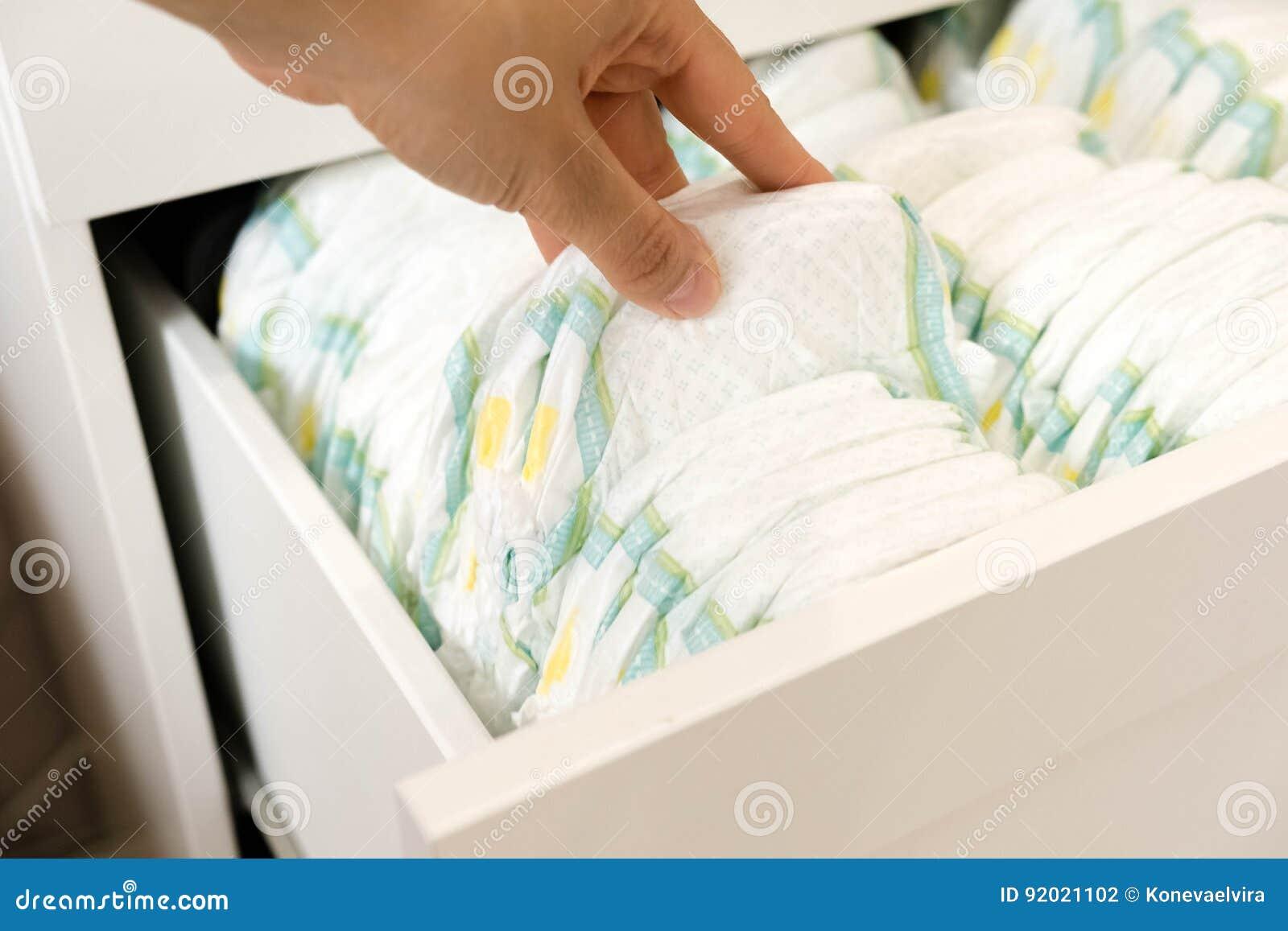 best loved half off huge inventory Diapers Isolato Cura Del Bambino Colpo Dello Studio Pile Di ...