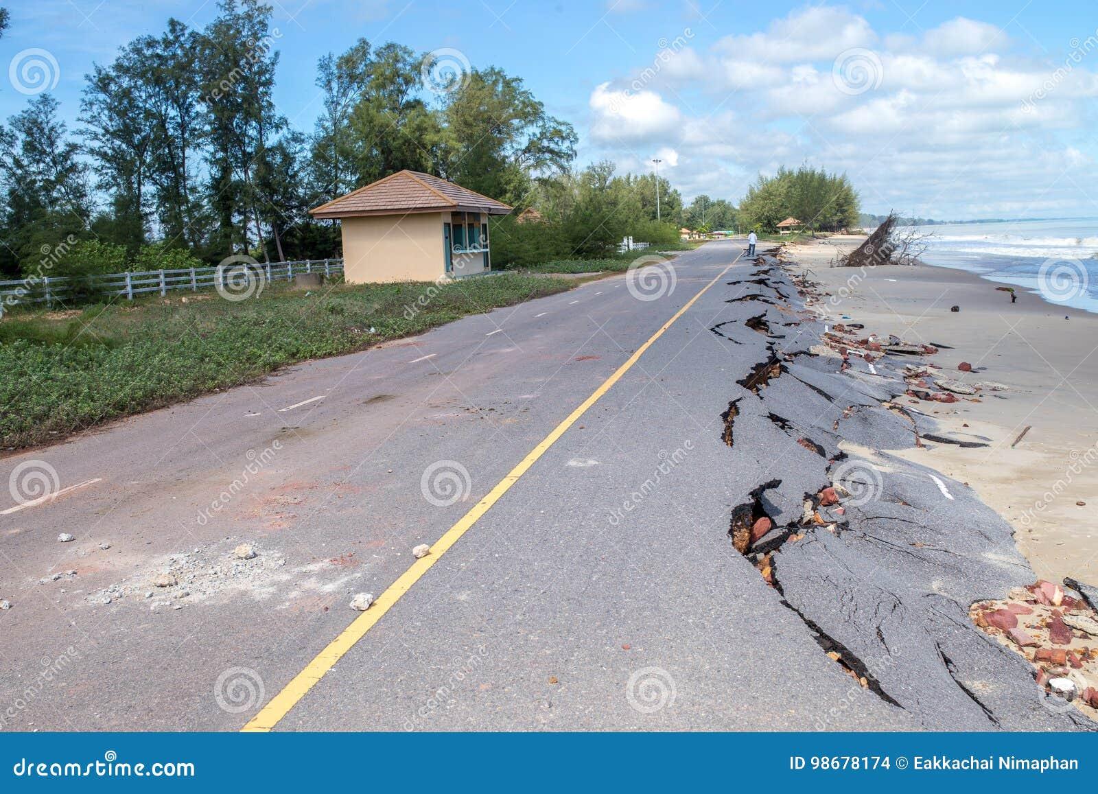 Diapositiva del camino de la playa a lo largo de la playa a la erosión de agua