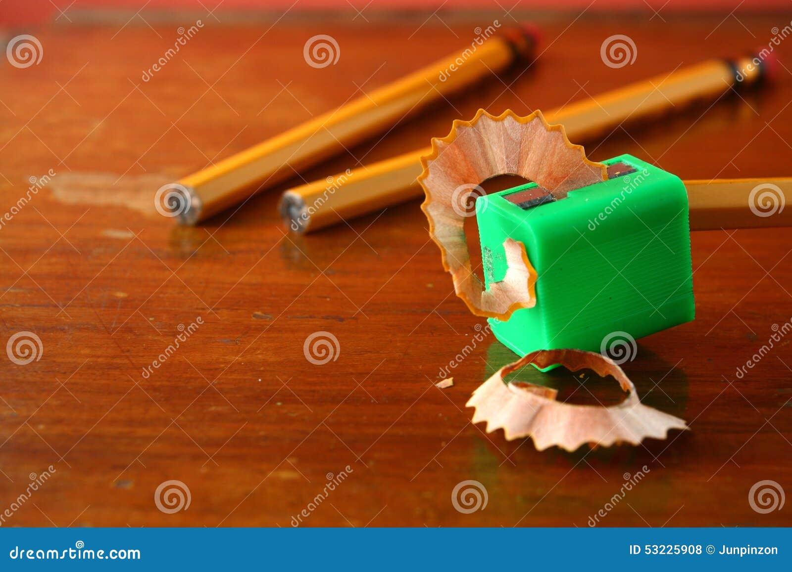 Dibuje a lápiz en sacapuntas y dos lápices unsharpened