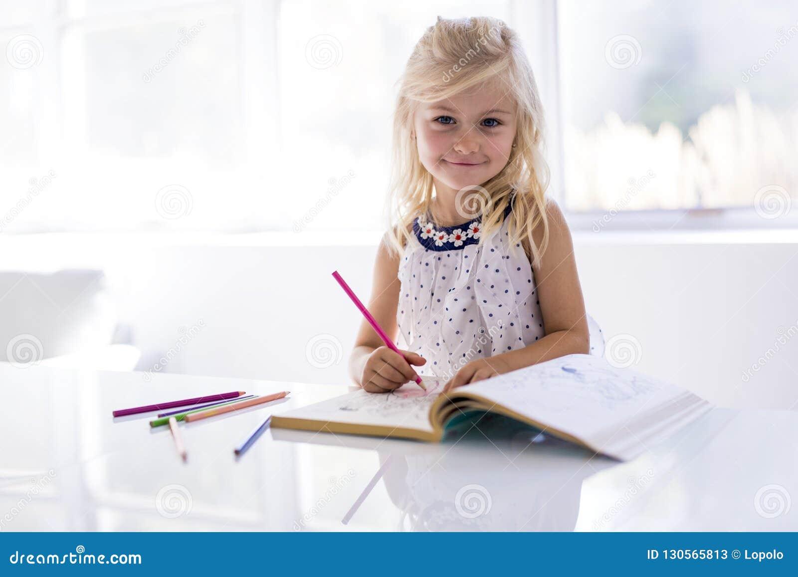 Dibujo de la niña en la tabla de cocina