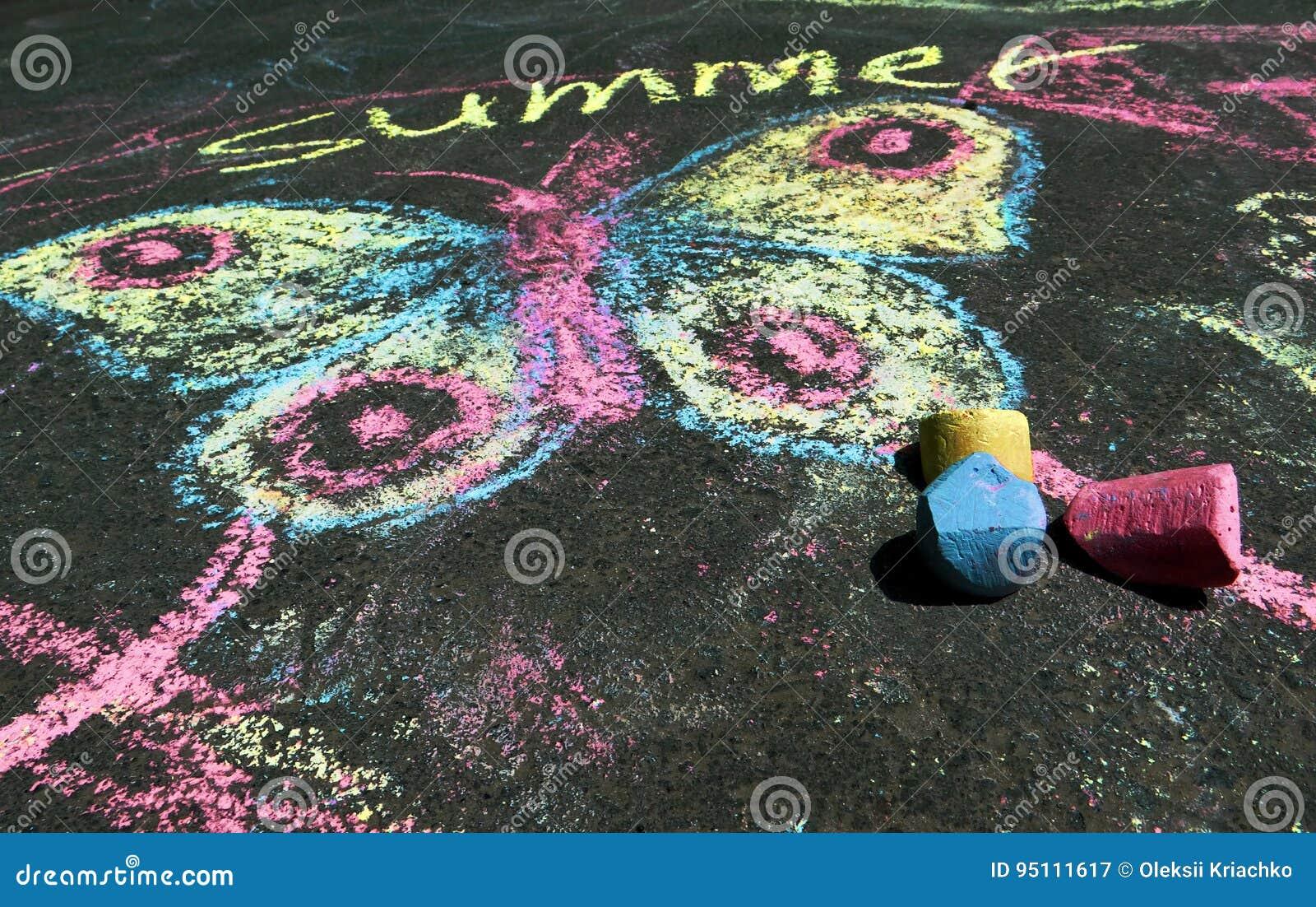 Dibujo del ` s de los niños del alcohol del verano en el asfalto
