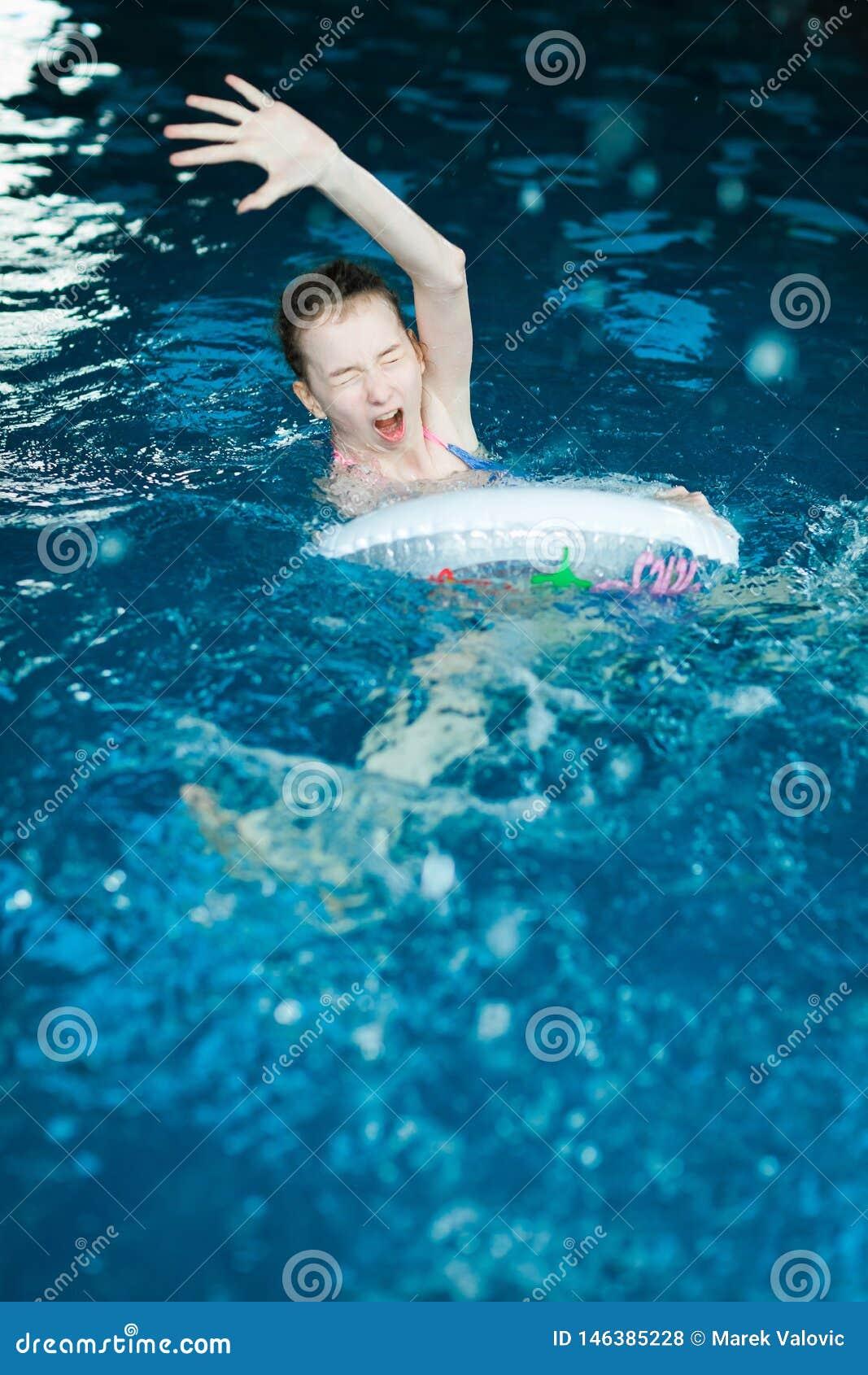 Dibujo desamparado del niño en piscina interior
