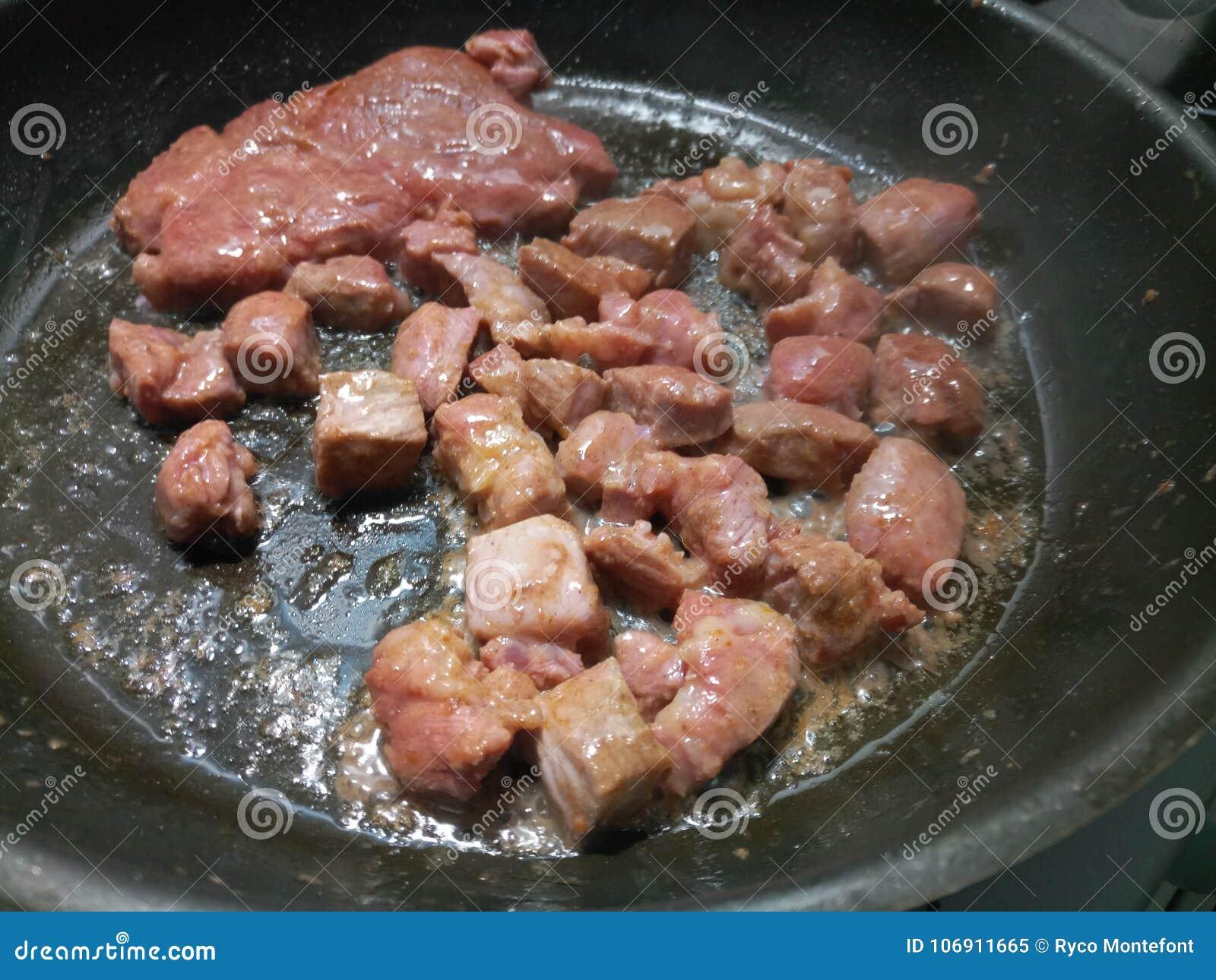 Diced i kraszona wieprzowina smaży w gorącym oleju