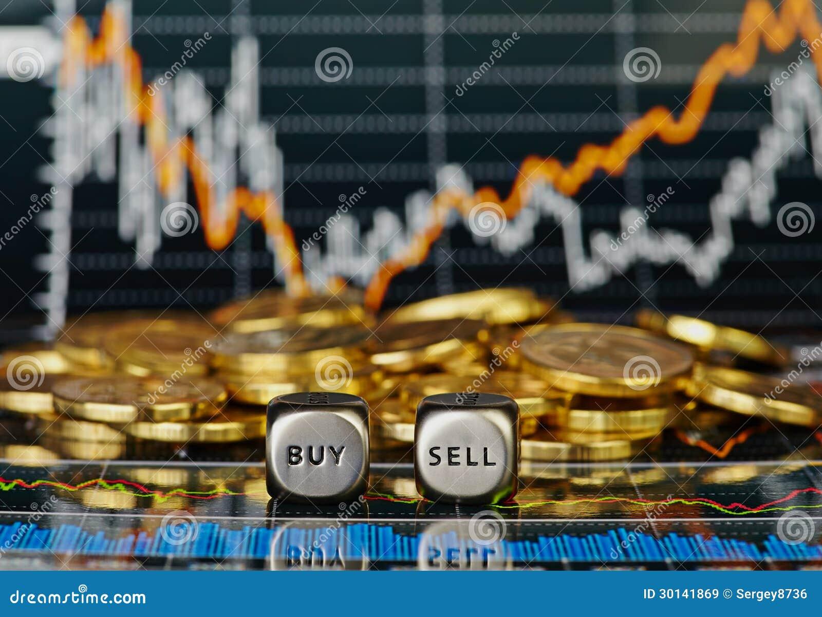 Dices кубики с словами ПРОДАЙТЕ ПОКУПКУ и золотистые монетки.