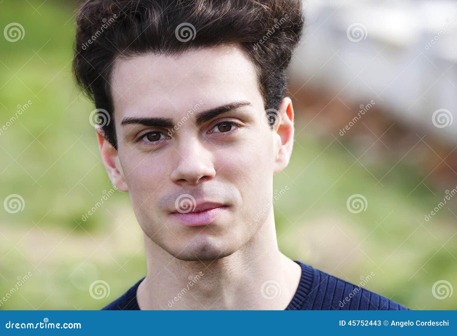 Dicht portret van een mooie jonge mens