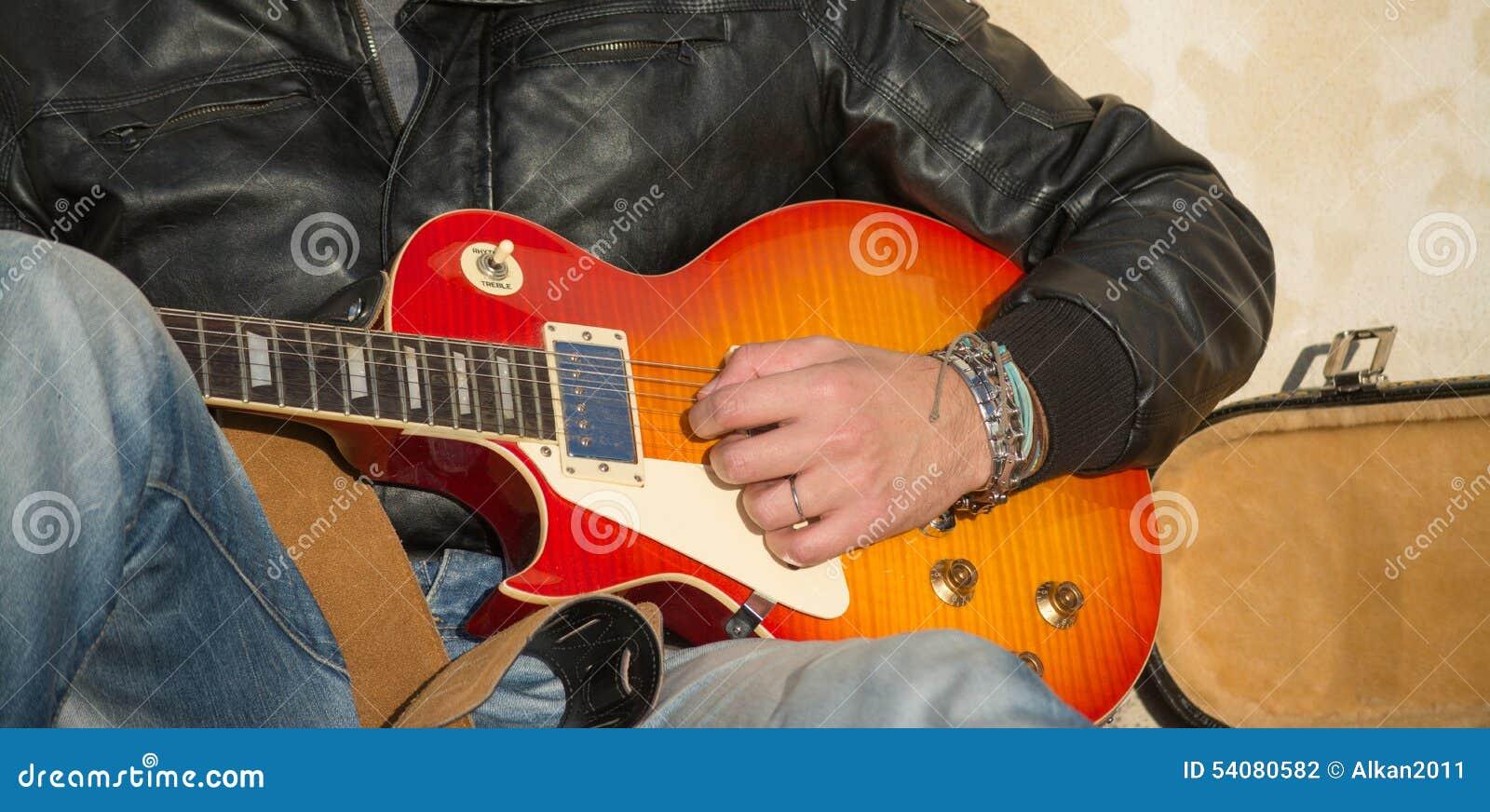 Dichte omhooggaand van de Speler van de gitaar