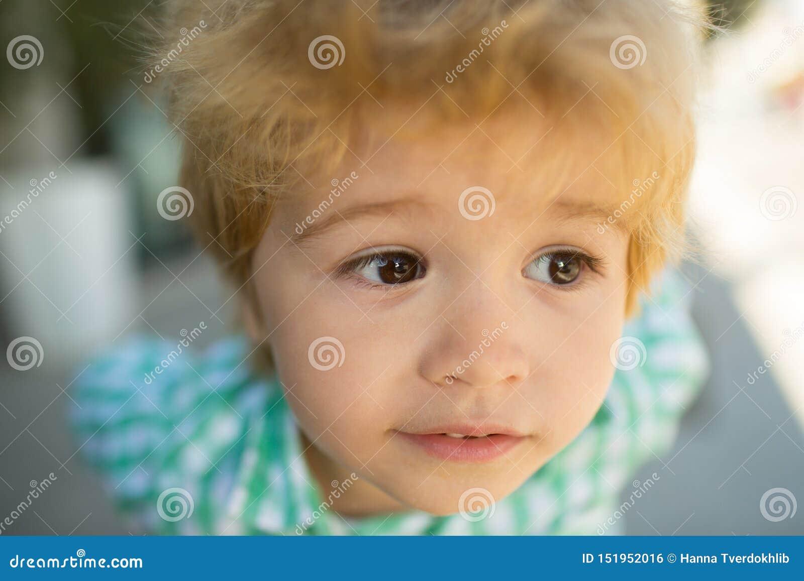 Dichte omhooggaand van het kinderenoog Kindportret Jong geitjegezicht Grappige baby Het mooie gezicht van het kinderenconcept