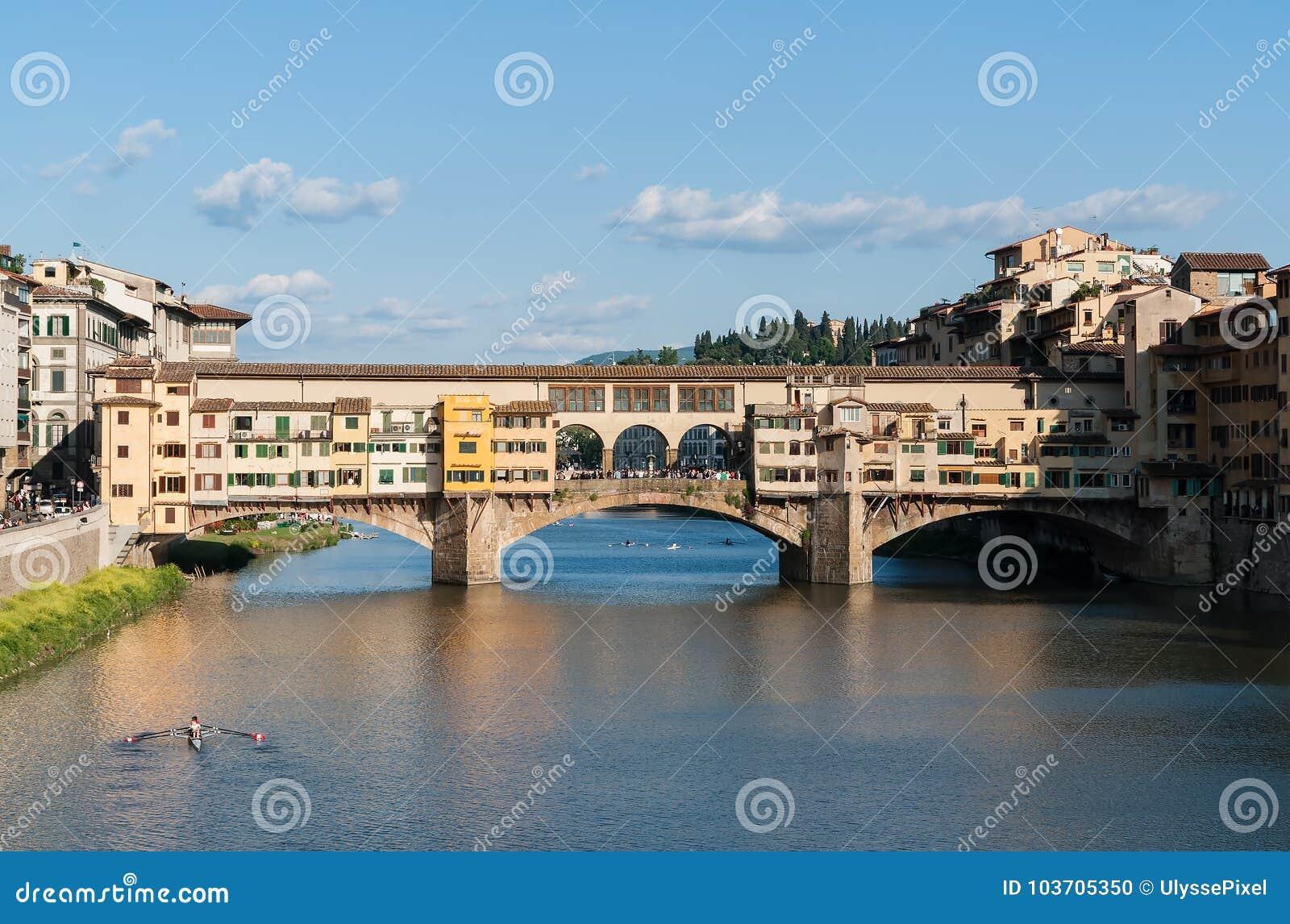 Die alte Brücke Ponte Vecchio über dem Arno - Florenz, Toskana, Italien